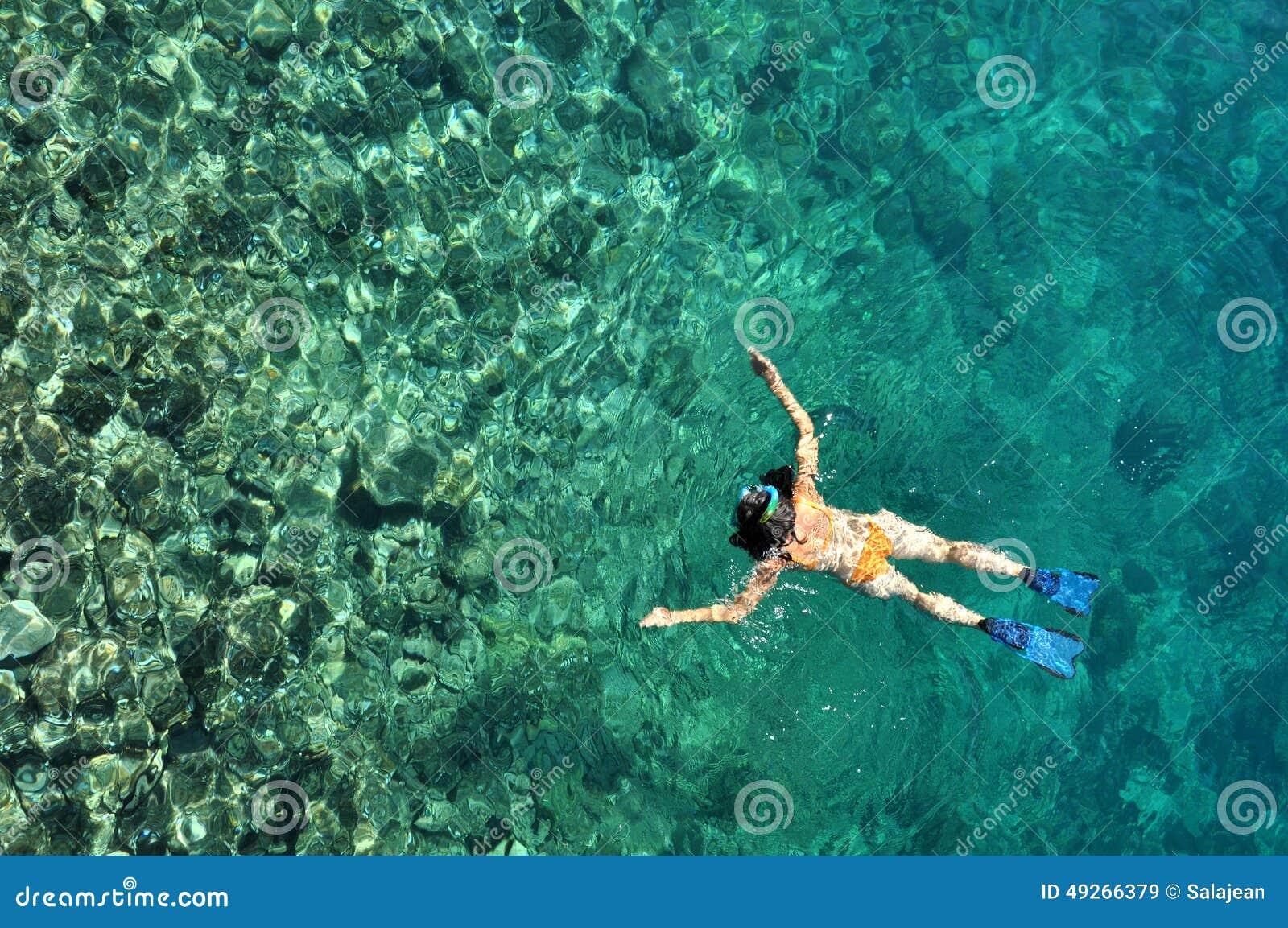 Kobieta snorkeling przy Phi Phi wyspą, Phuket, Tajlandia