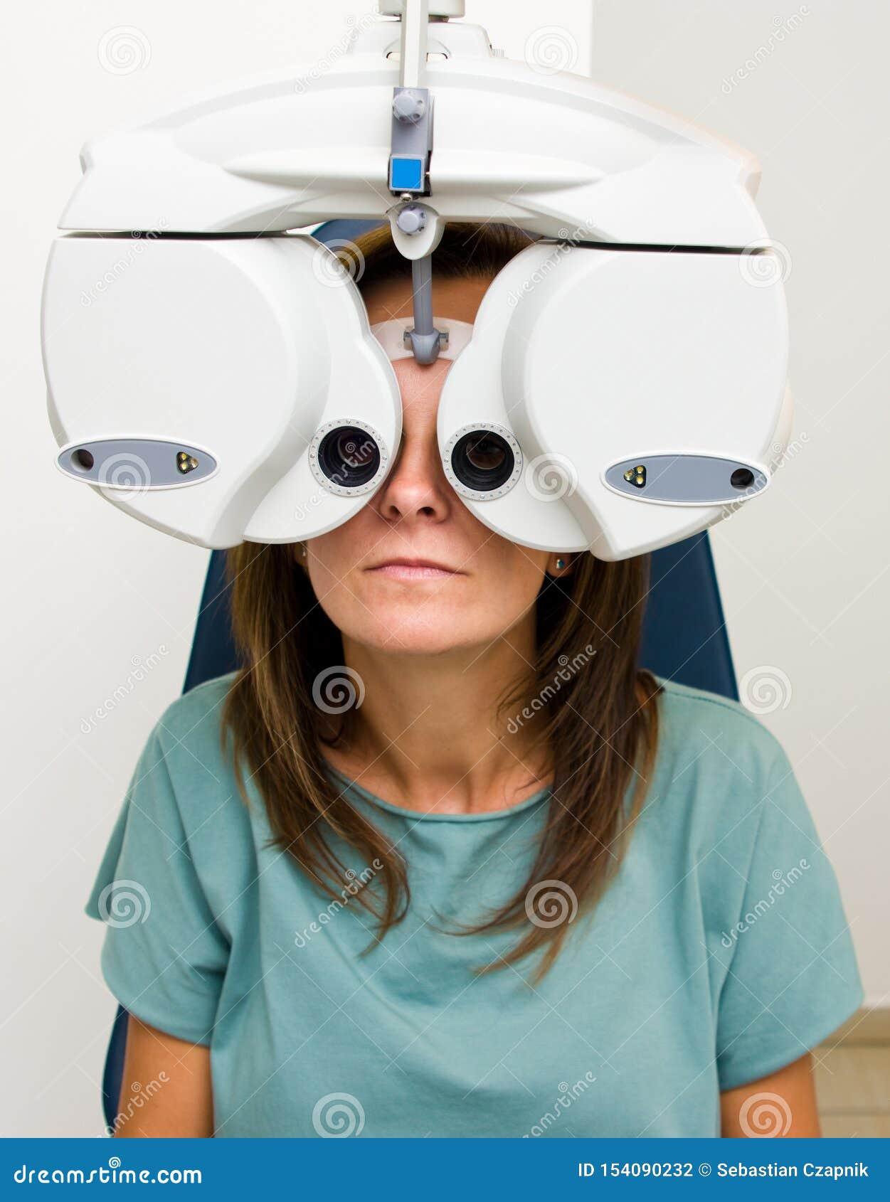 Kobieta sprawdza jej wzrok przy optometrist salonem