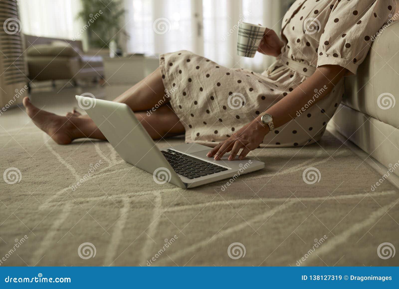 Kobieta sprawdza ogólnospołecznych środki