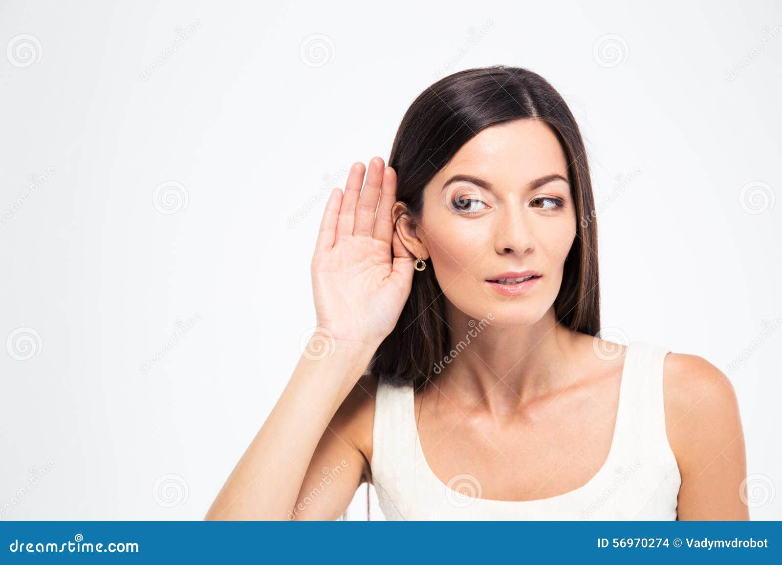 Kobieta stawia rękę ucho
