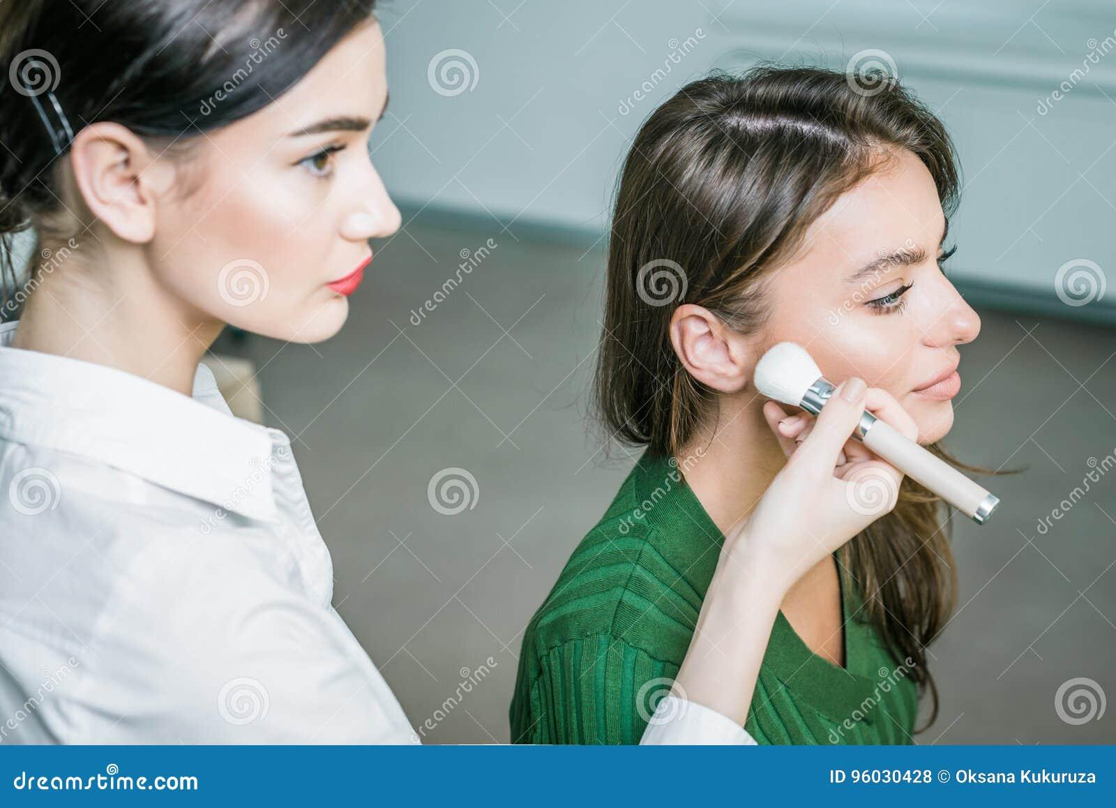 Kobieta stosować kosmetyka