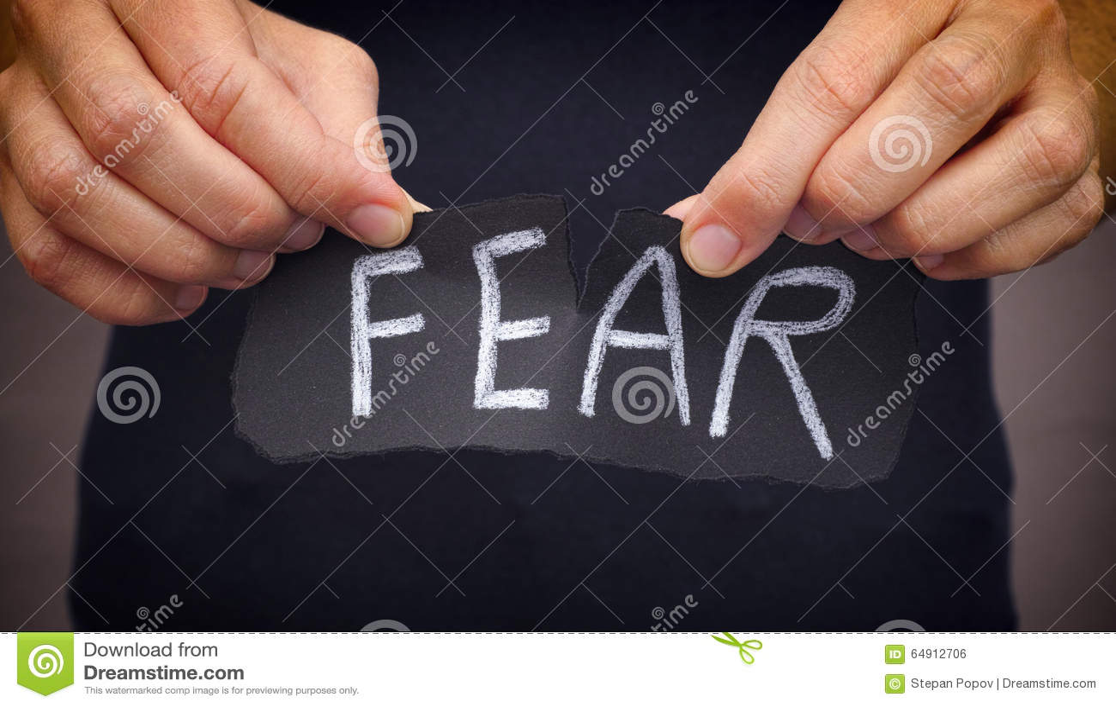 Kobieta strachu wdechowy słowo pisać na czerń papierze