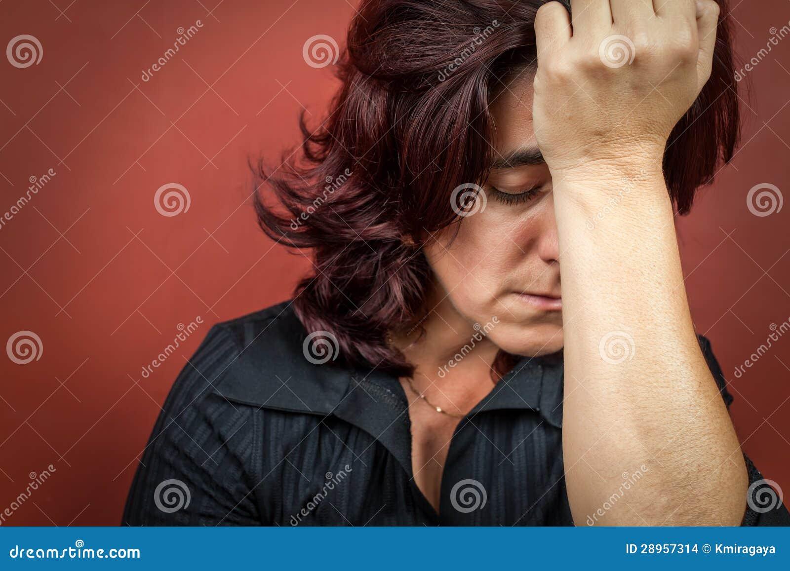 Kobieta sufffering migrenę lub silną depresję