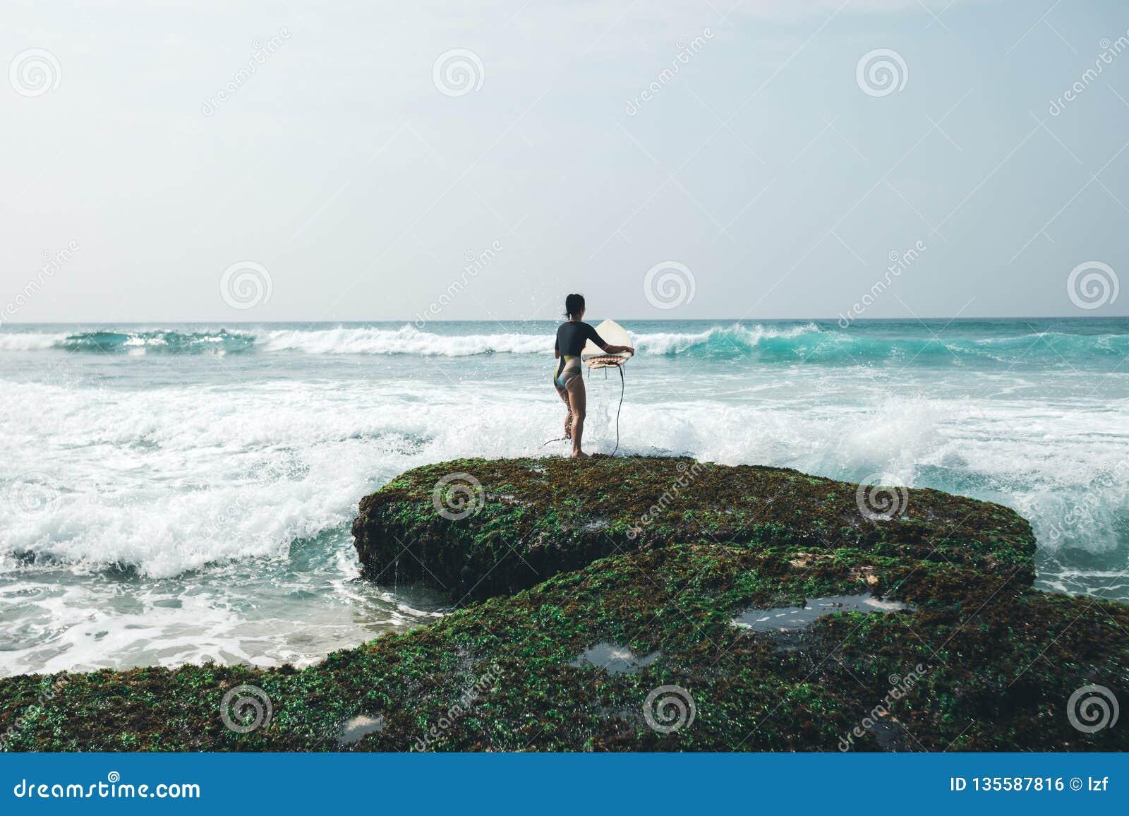 Kobieta surfingowiec z surfboard