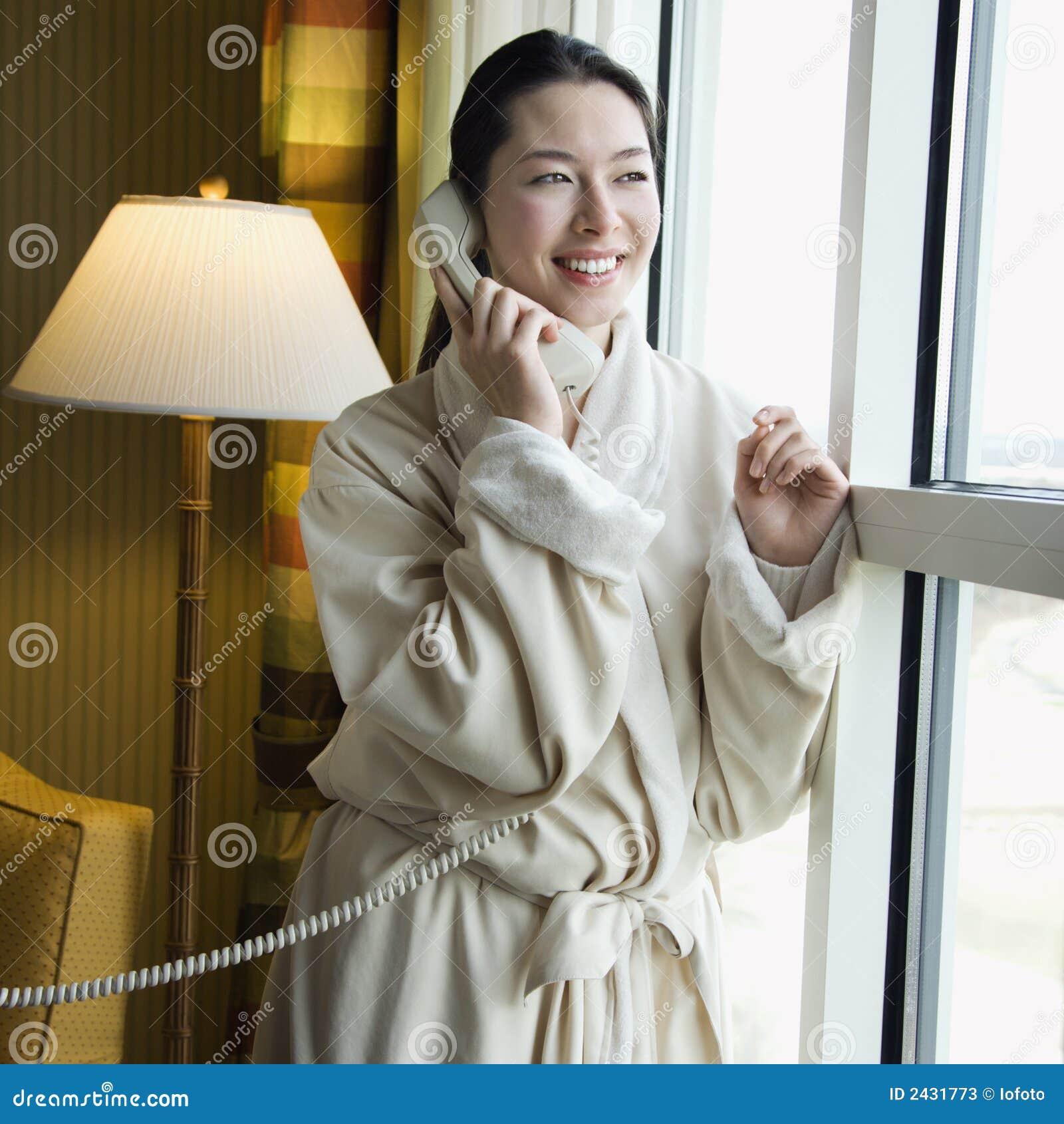 Kobieta szlafrok telefonu