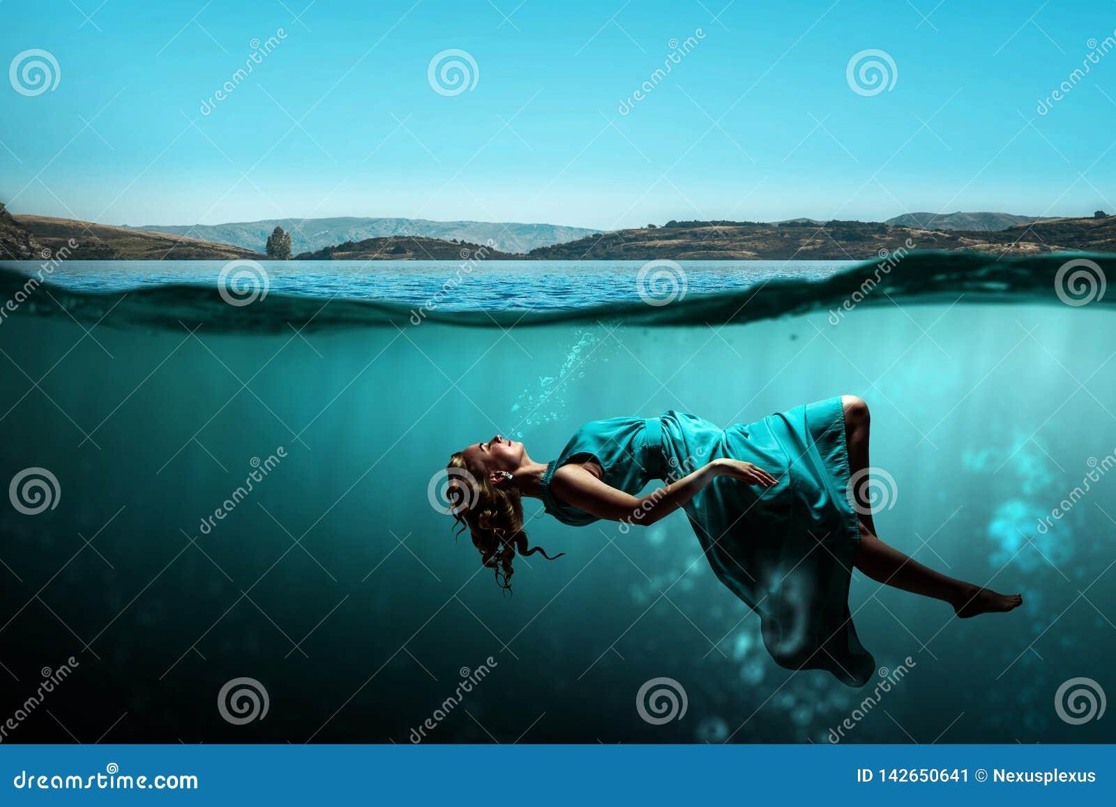 Kobieta tancerz w jasnej błękitne wody