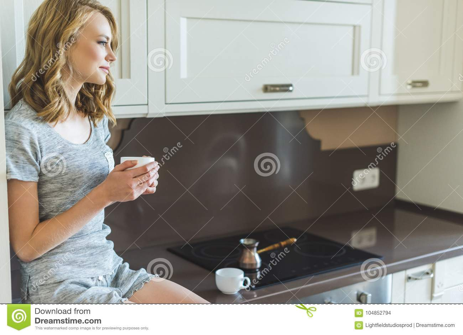 Kobieta target350_0_ ranek jej kawę