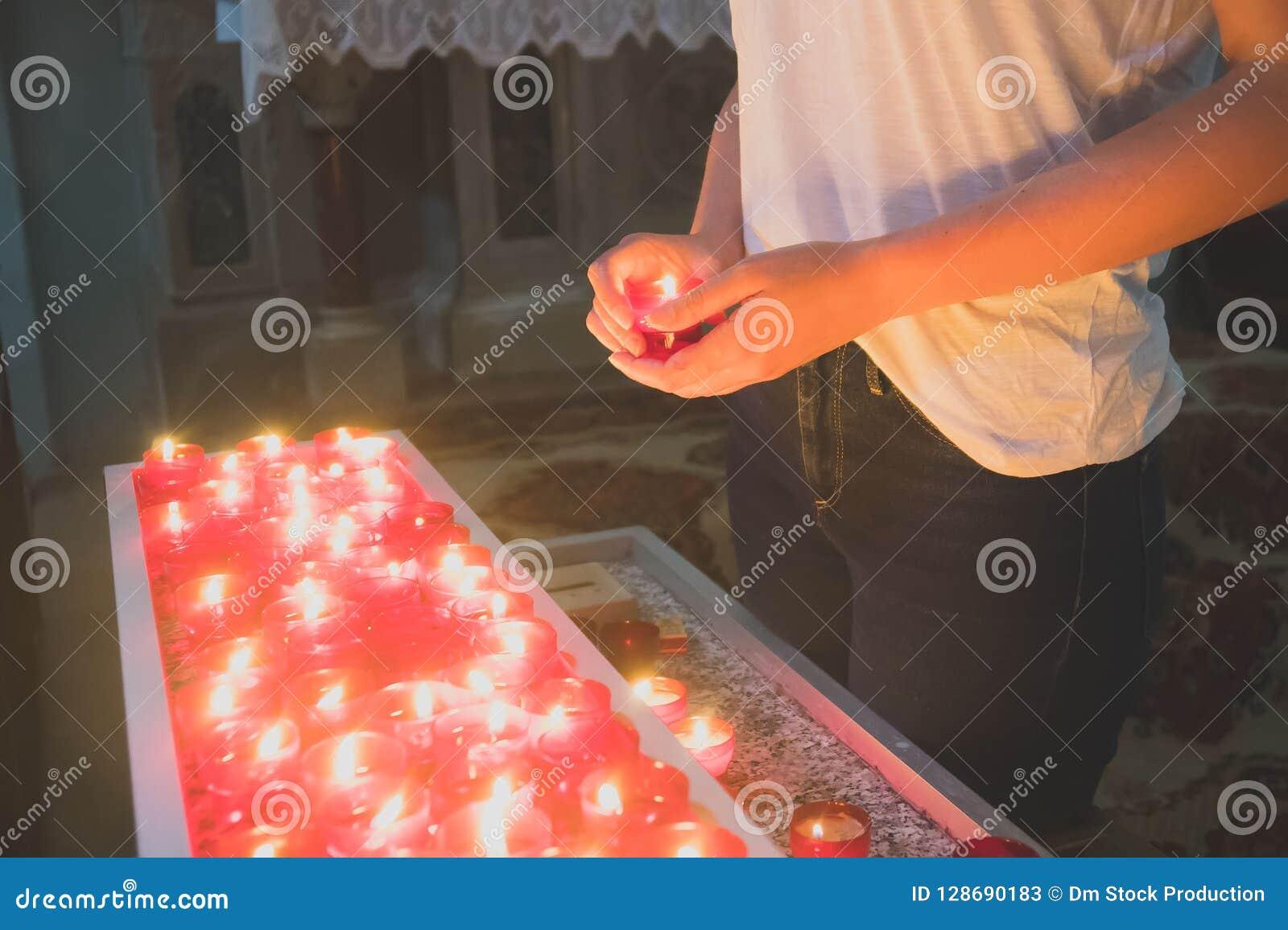 Kobieta trzyma świeczkę
