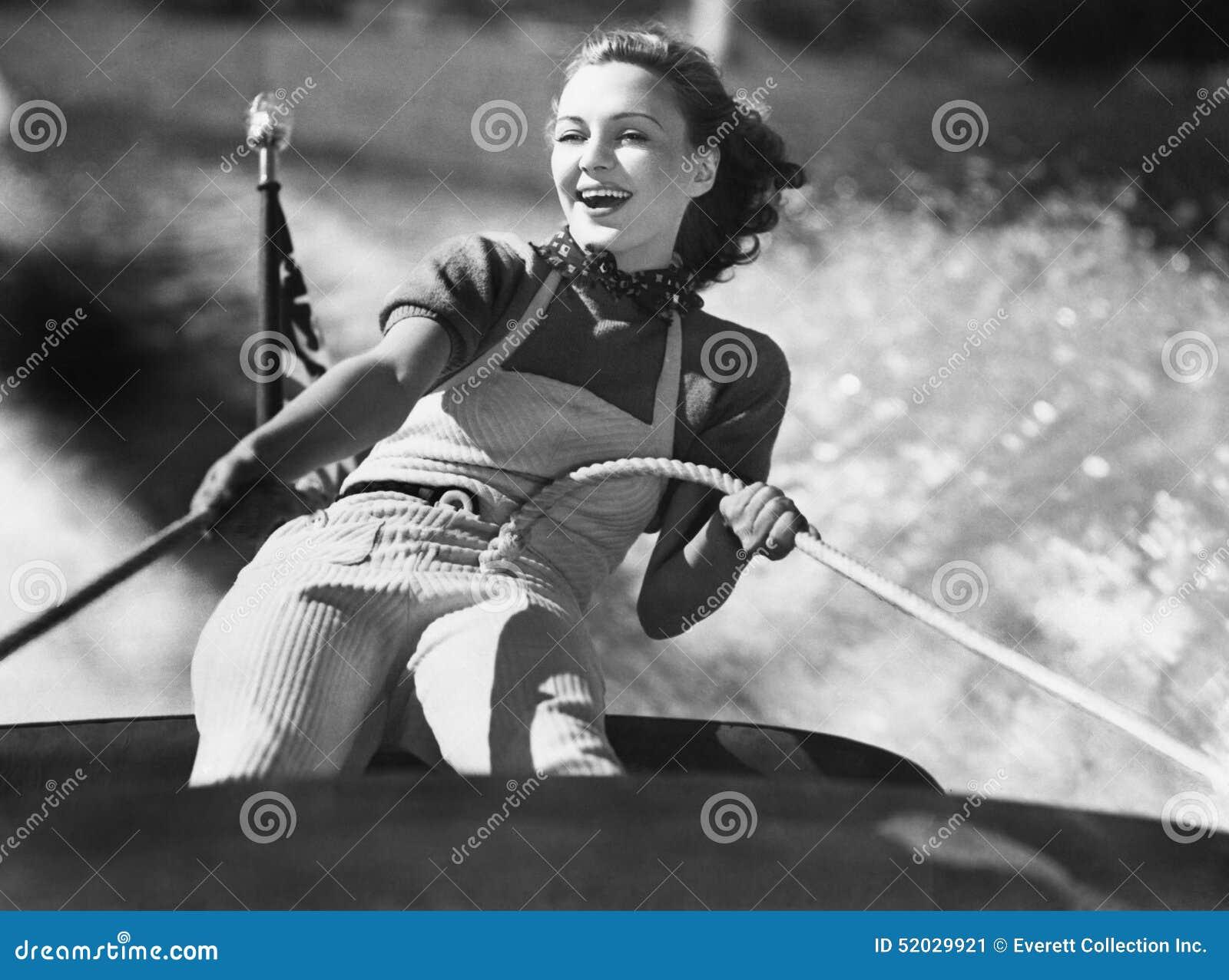Kobieta trzyma dalej arkana na żaglówce (Wszystkie persons przedstawiający no są długiego utrzymania i żadny nieruchomość istniej