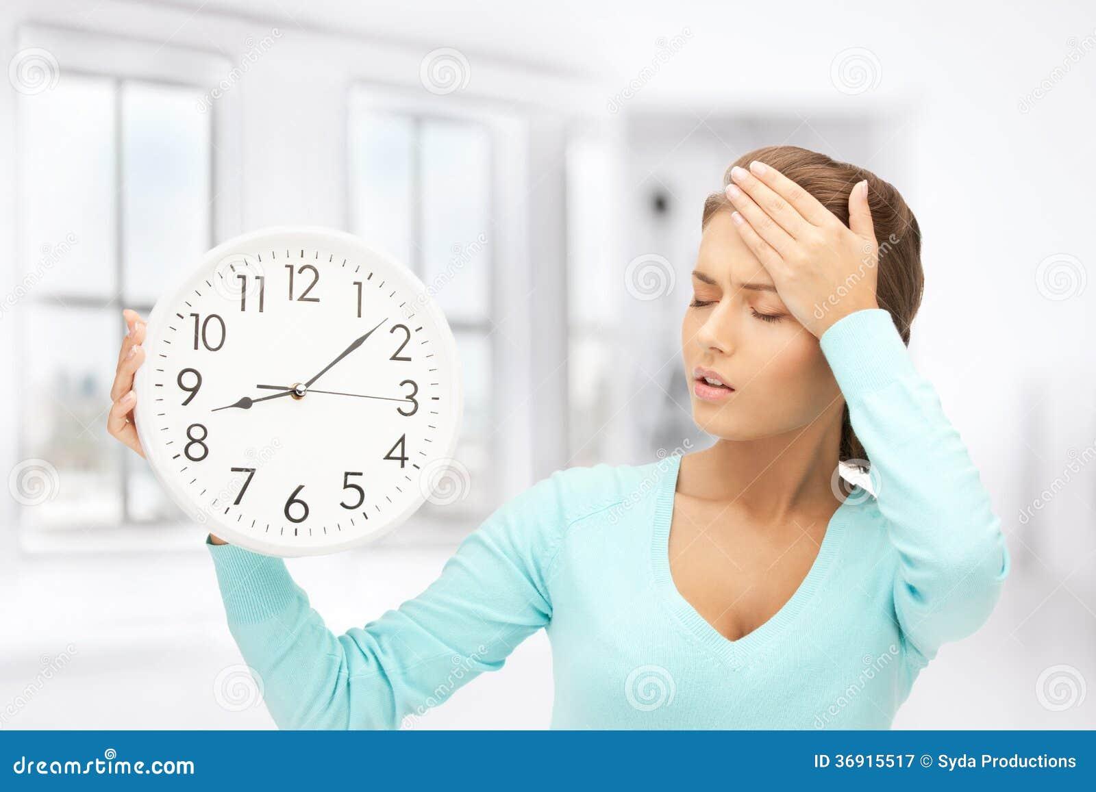 Kobieta trzyma dużego zegar