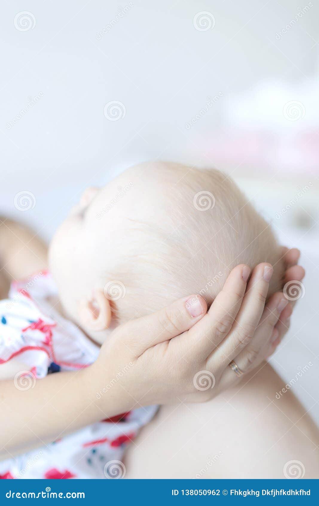Kobieta trzyma jej dziecka w domu