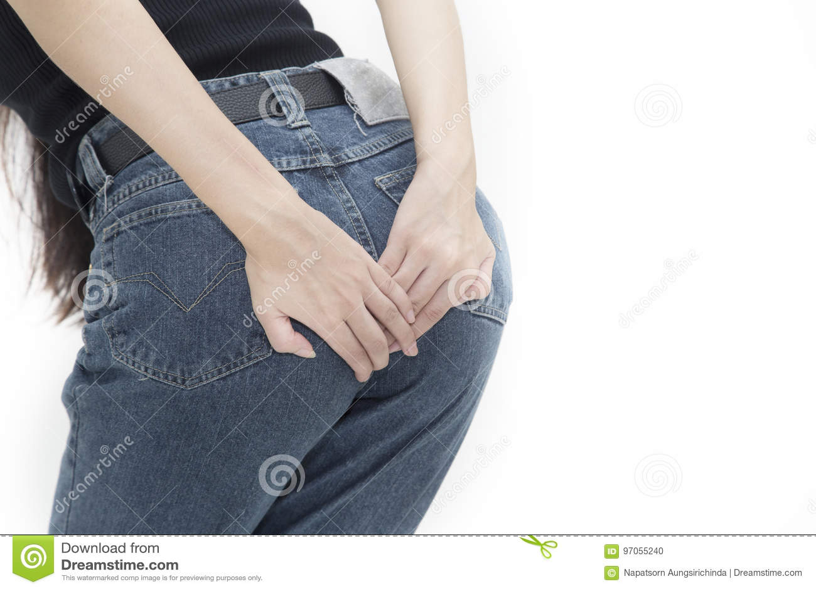 Kobieta trzyma jej półdupek biegunkę