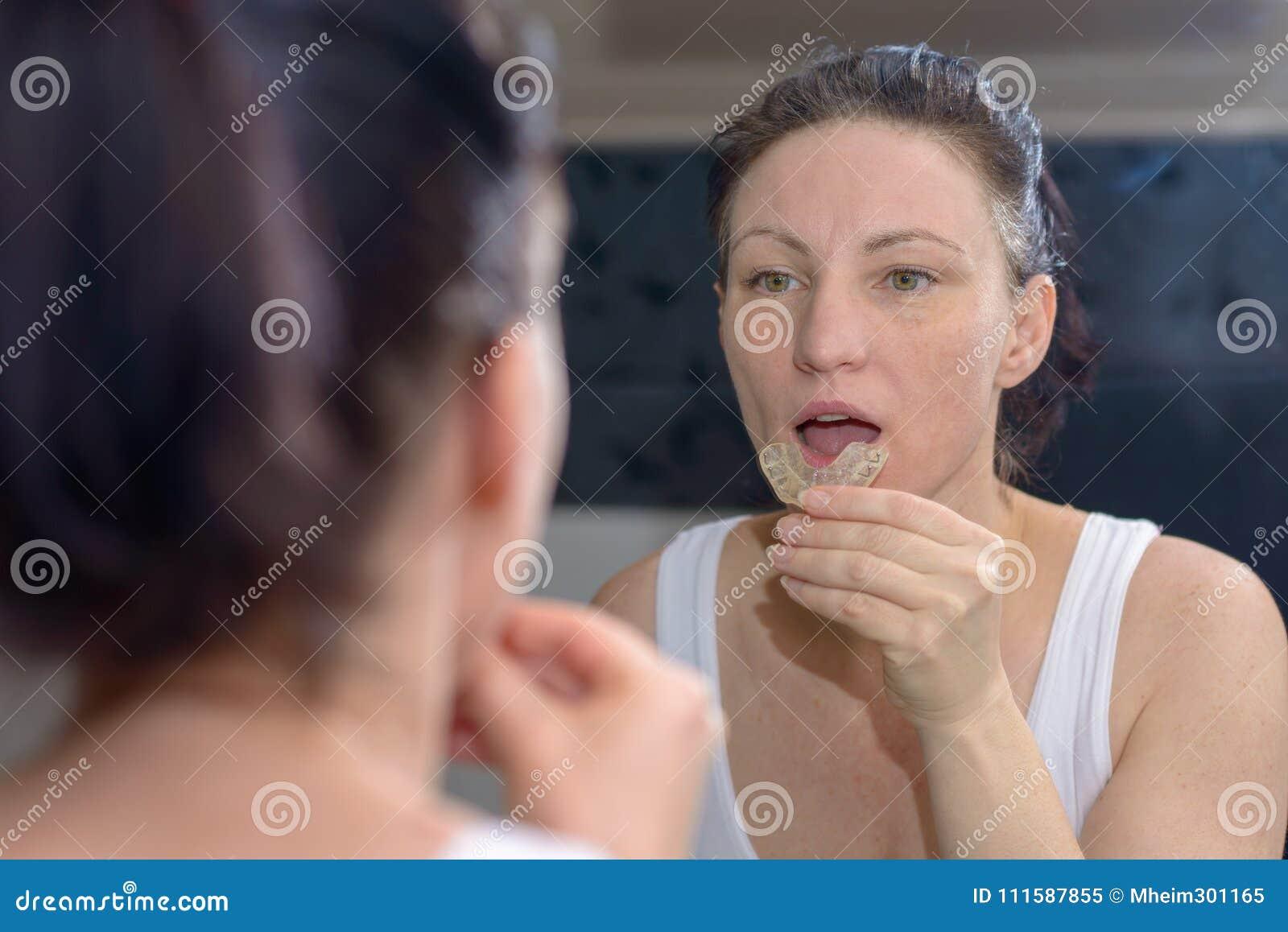 Kobieta trzyma kąska talerza zapobiegać mleć