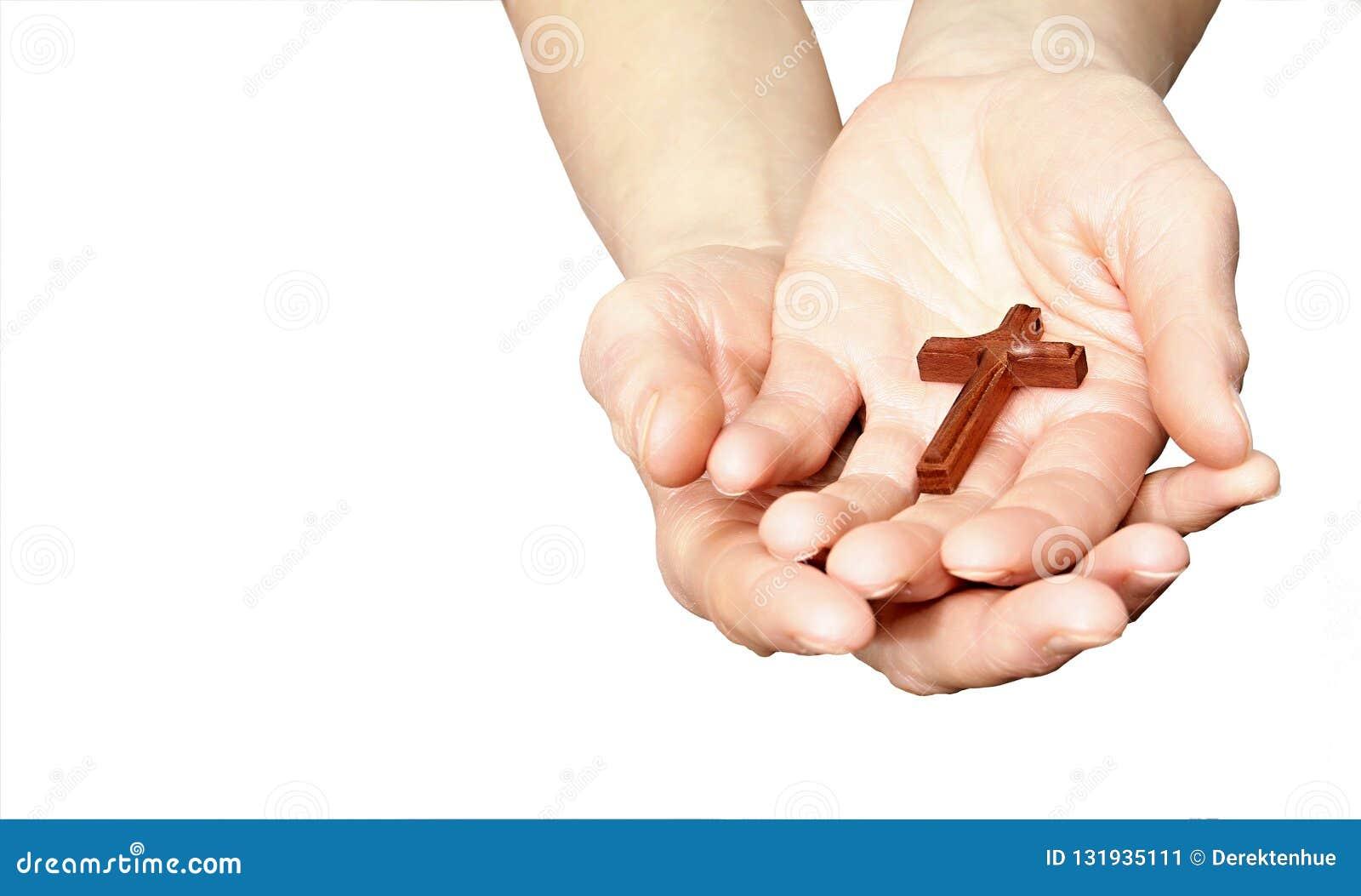 Kobieta trzyma krzyż w ona ręki