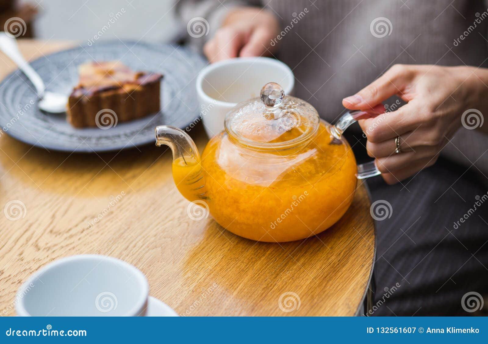 Kobieta trzyma teapot w kawiarni
