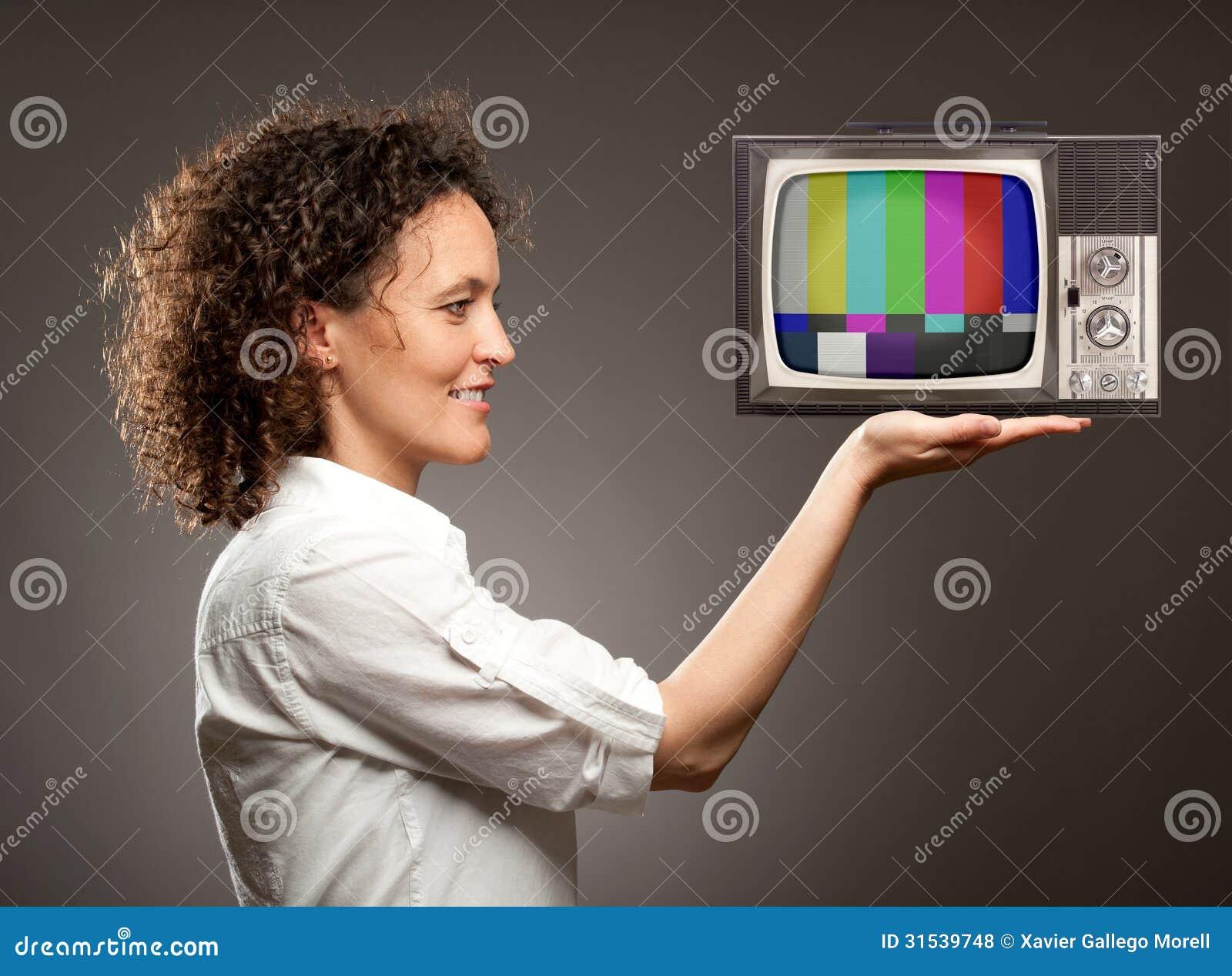 Kobieta trzyma telewizję