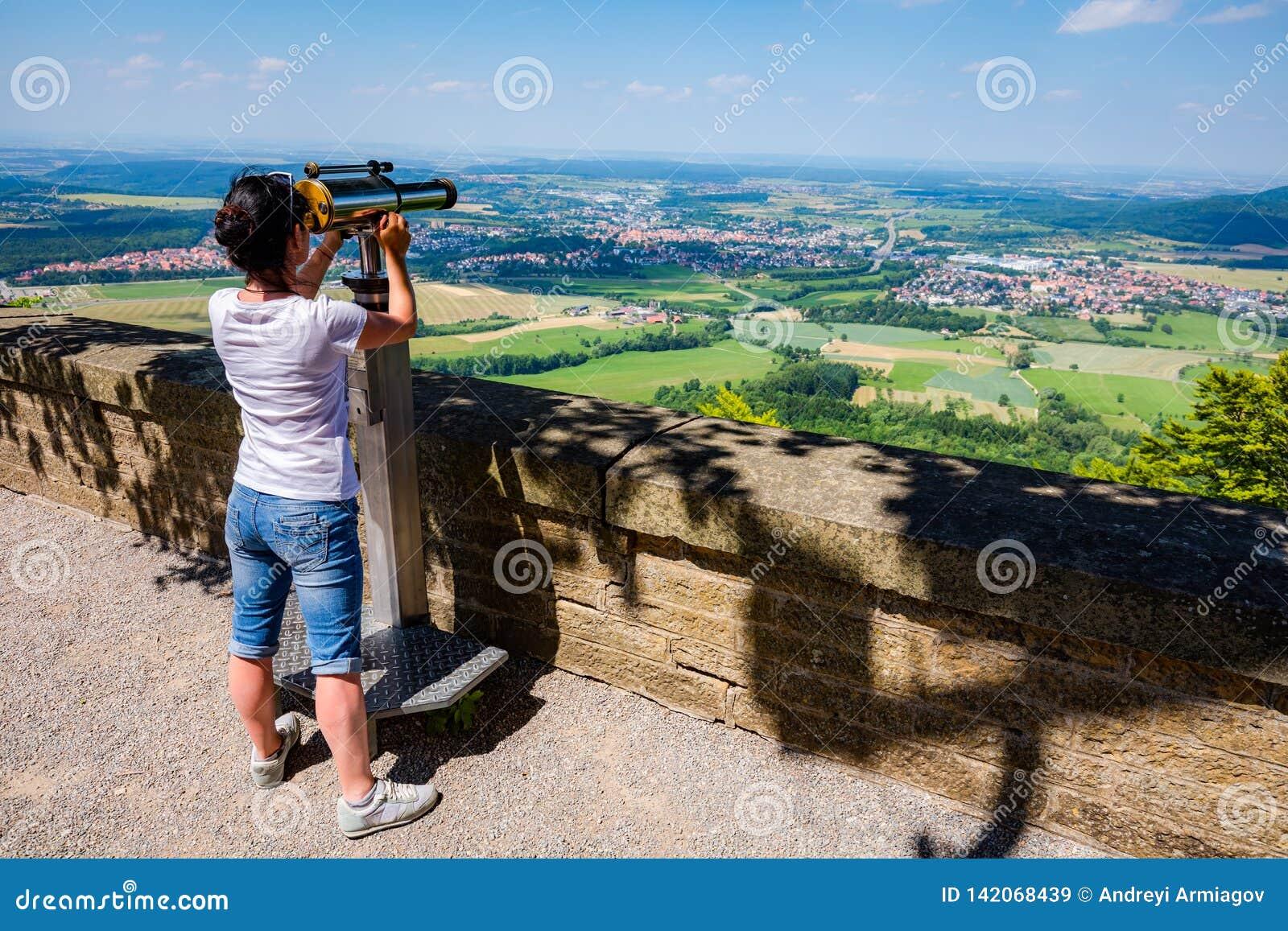 Kobieta turysta na obserwacja pokładzie, przegląda estradowy Hohenzollern kasztel, Niemcy