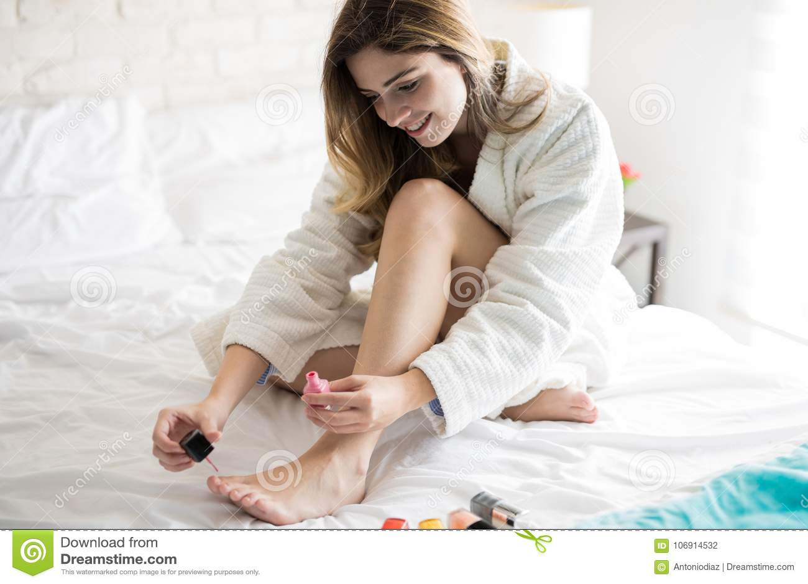 Kobieta używa gwoździa połysk w łóżku
