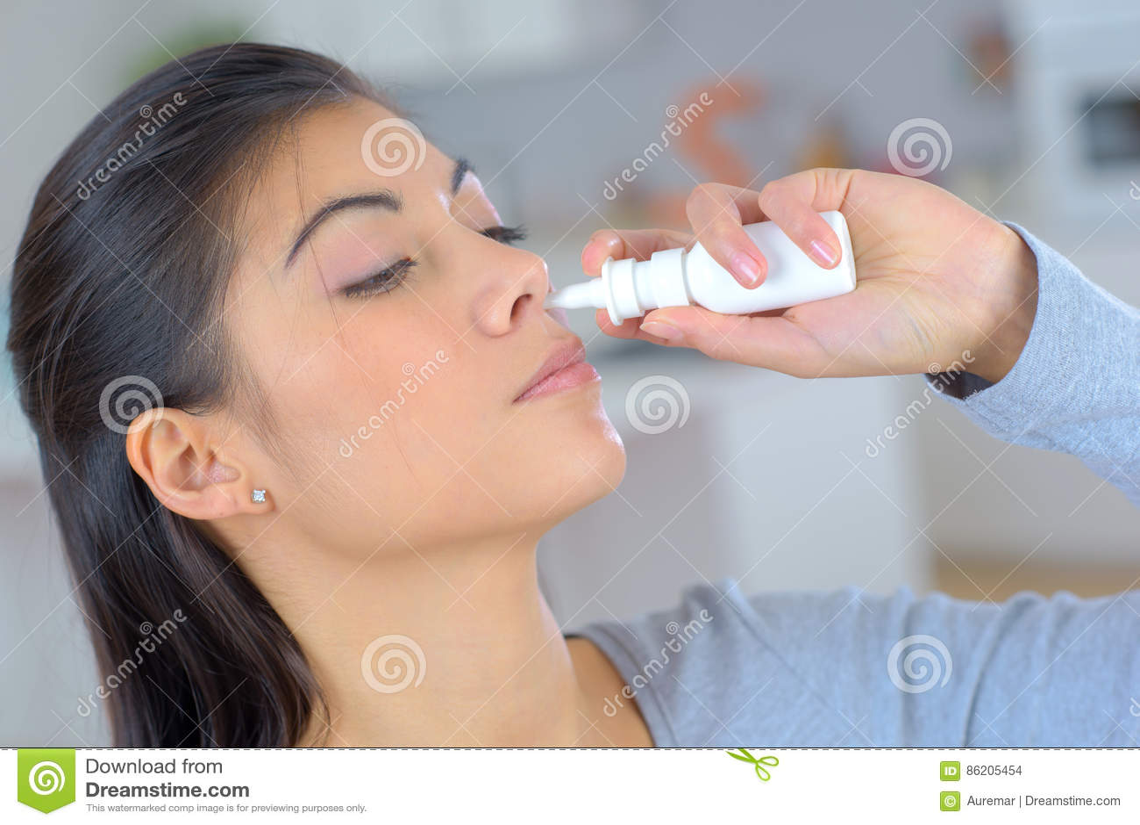 Kobieta używa kiść dla blokującego nosa