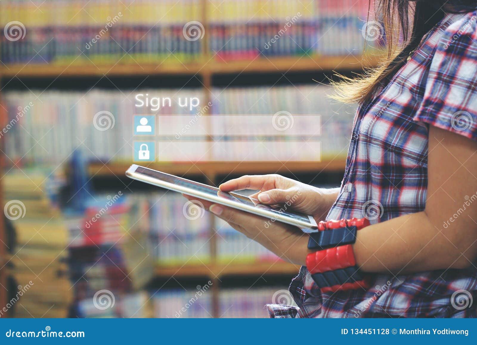 Kobieta używa laptop i podpisuje w górę lub nazwy użytkownikiej username hasło w bibliotecznym pokoju i półki na książki tle, GDP