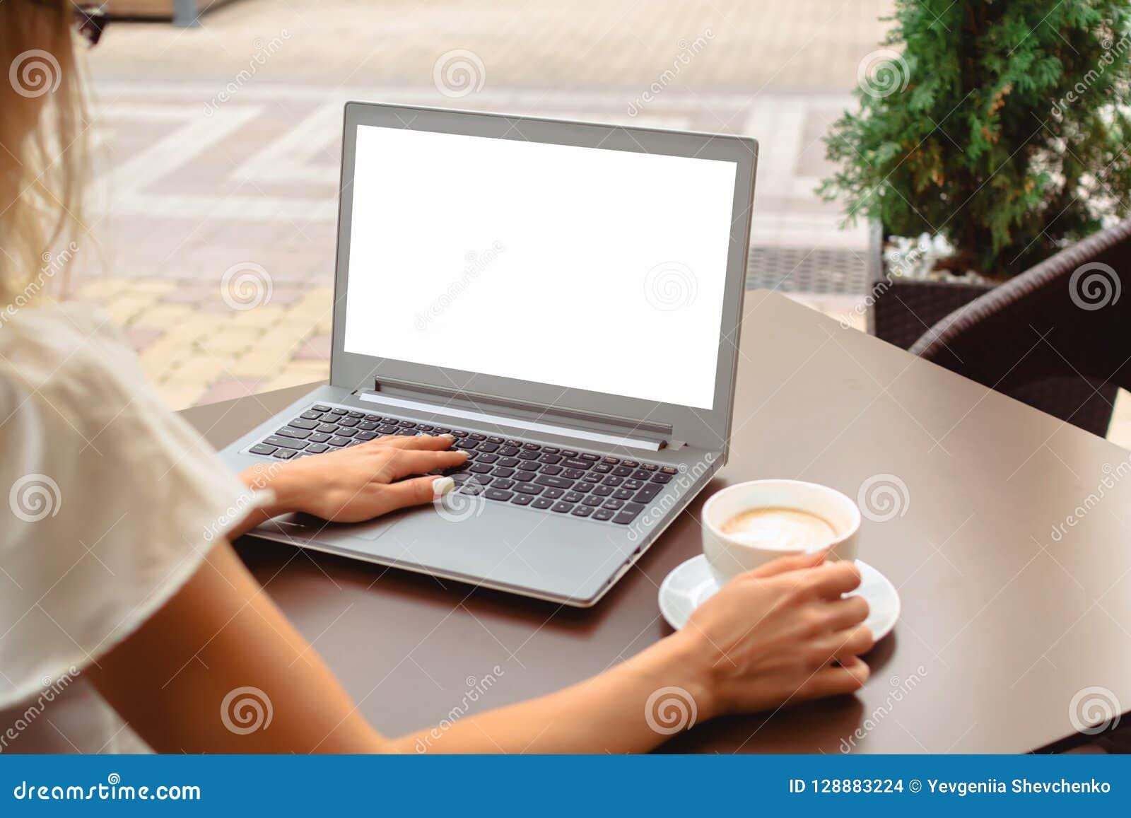 Kobieta używa laptop z pustym parawanowym copyspace