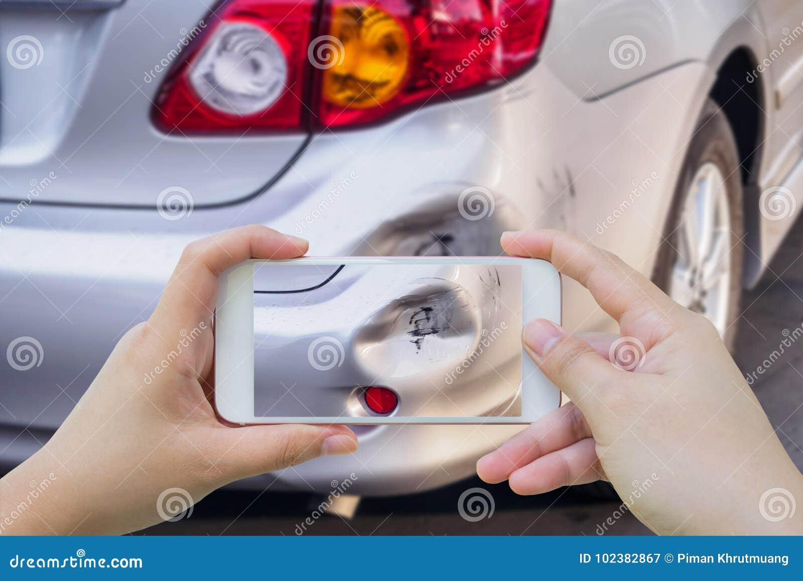 Kobieta używa mobilnego smartphone bierze fotografię wypadek samochodowy