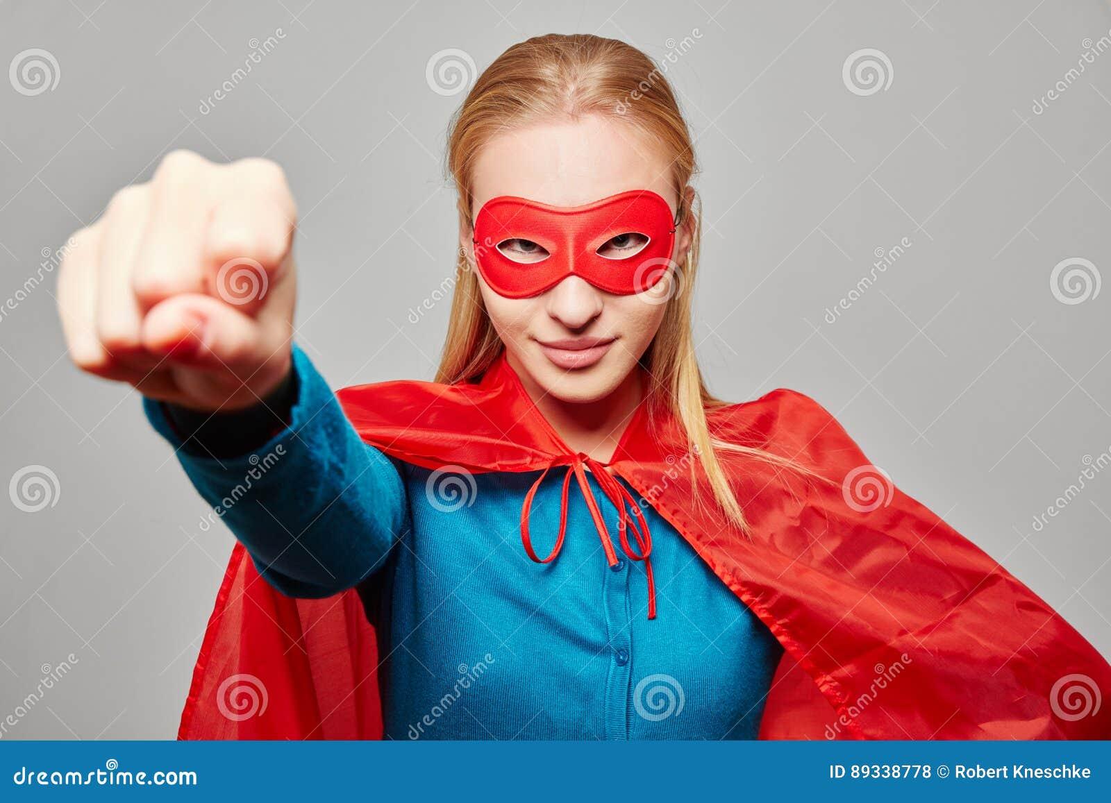 Kobieta ubierał jako bohater z zaciskającą pięścią