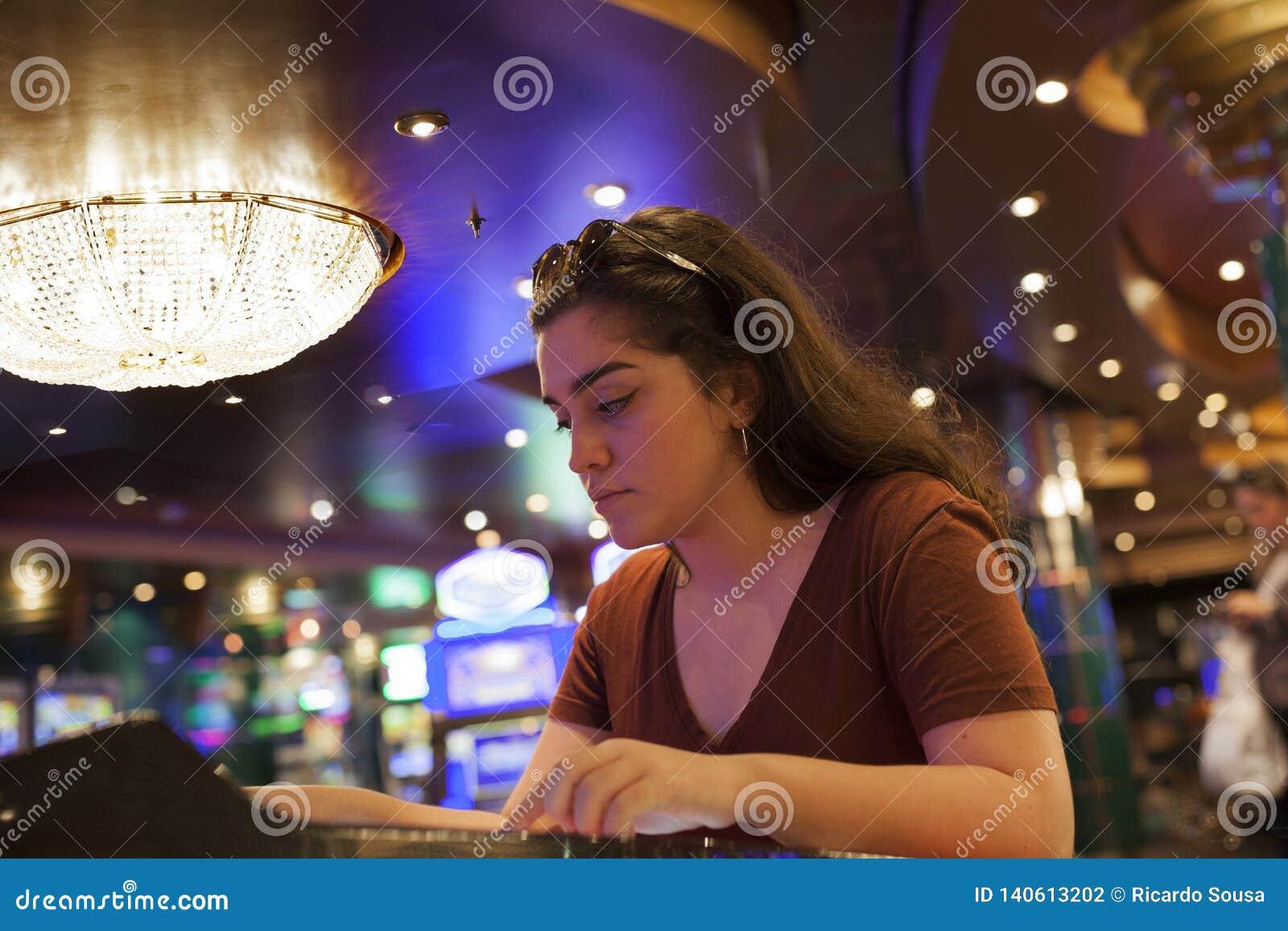 Kobieta uprawia hazard przy kasynem