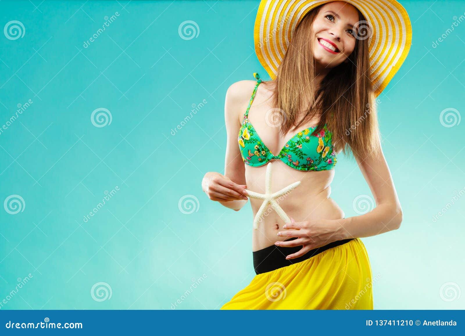 Kobieta w żółtego kapeluszowego mienia białej skorupie