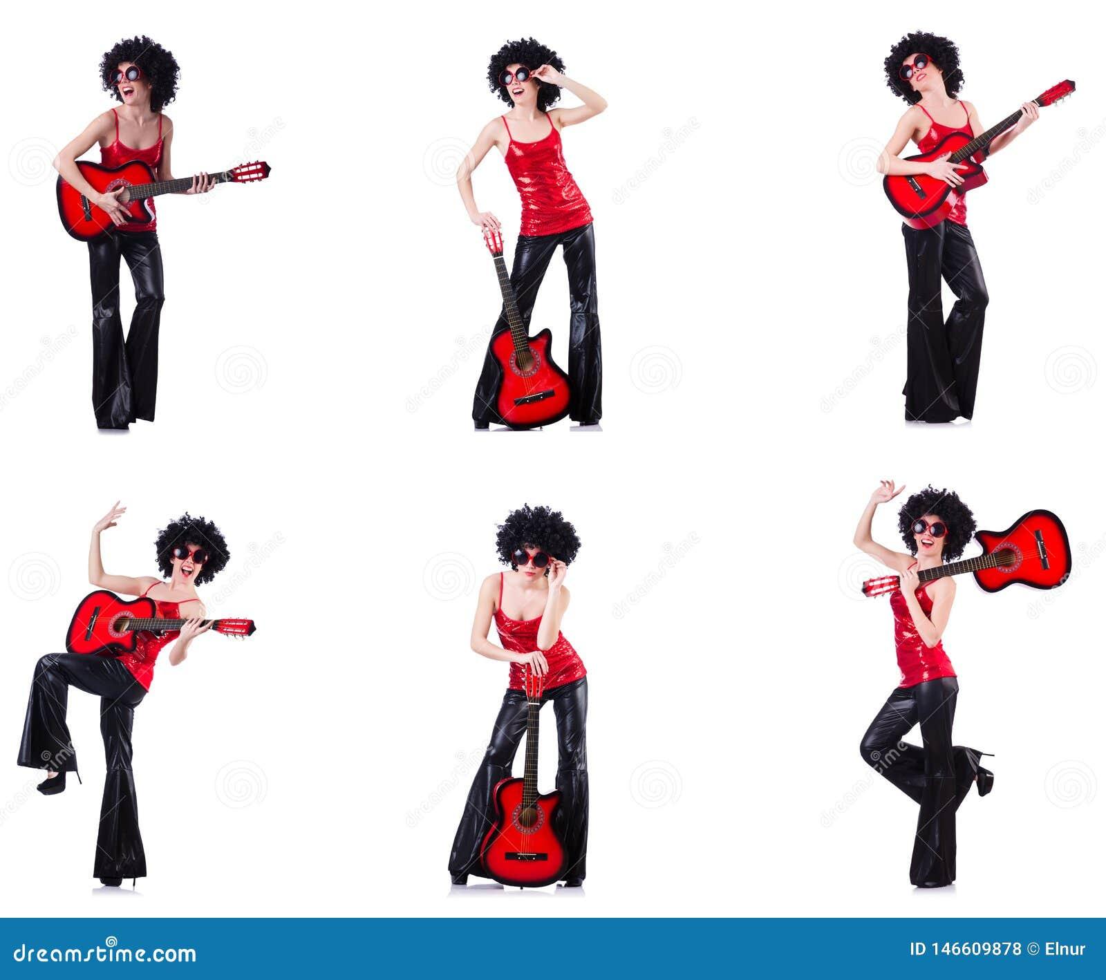 Kobieta w afro peruce bawi? si? gitar?