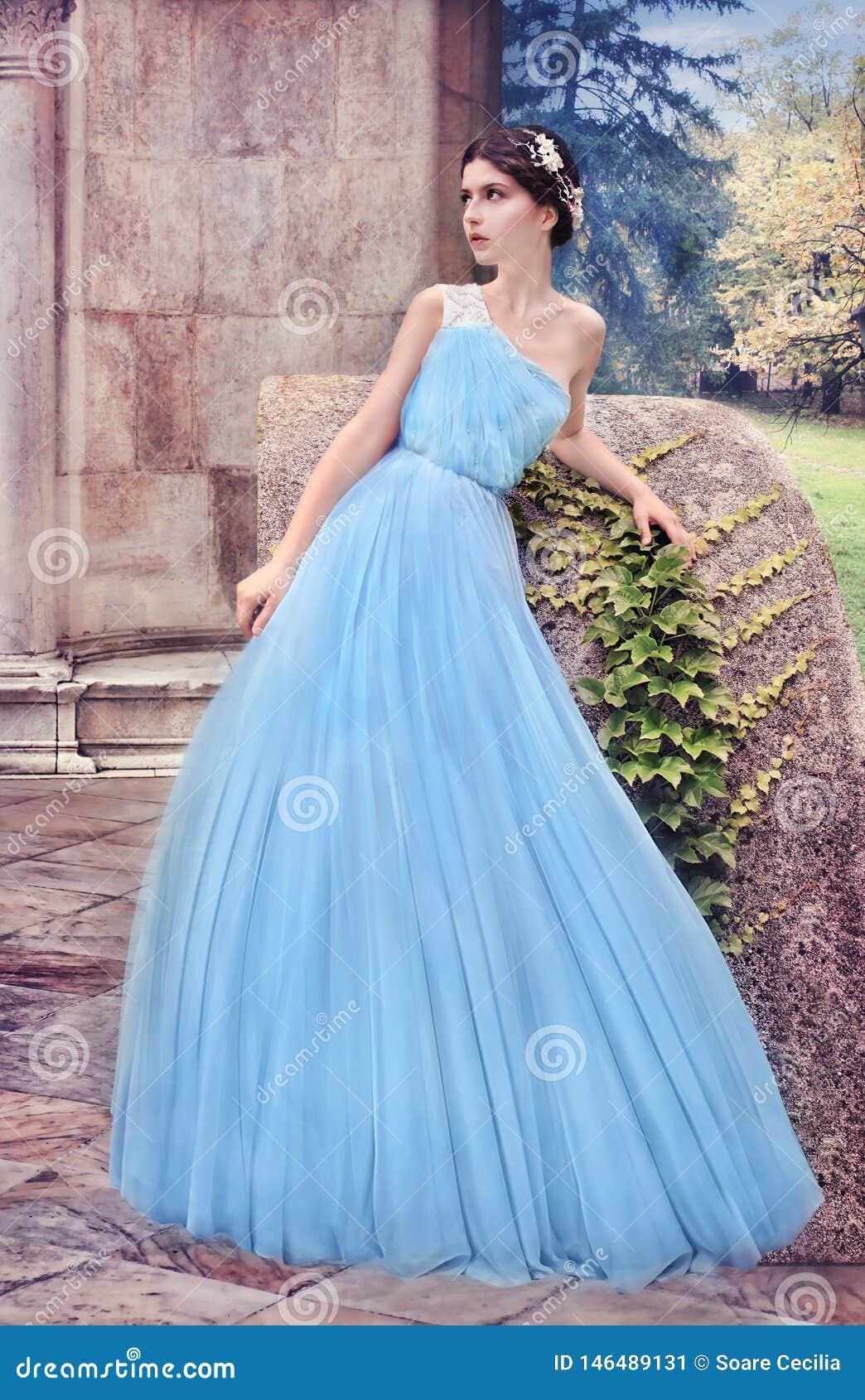 Kobieta w błękit sukni w tajnym ogródzie,