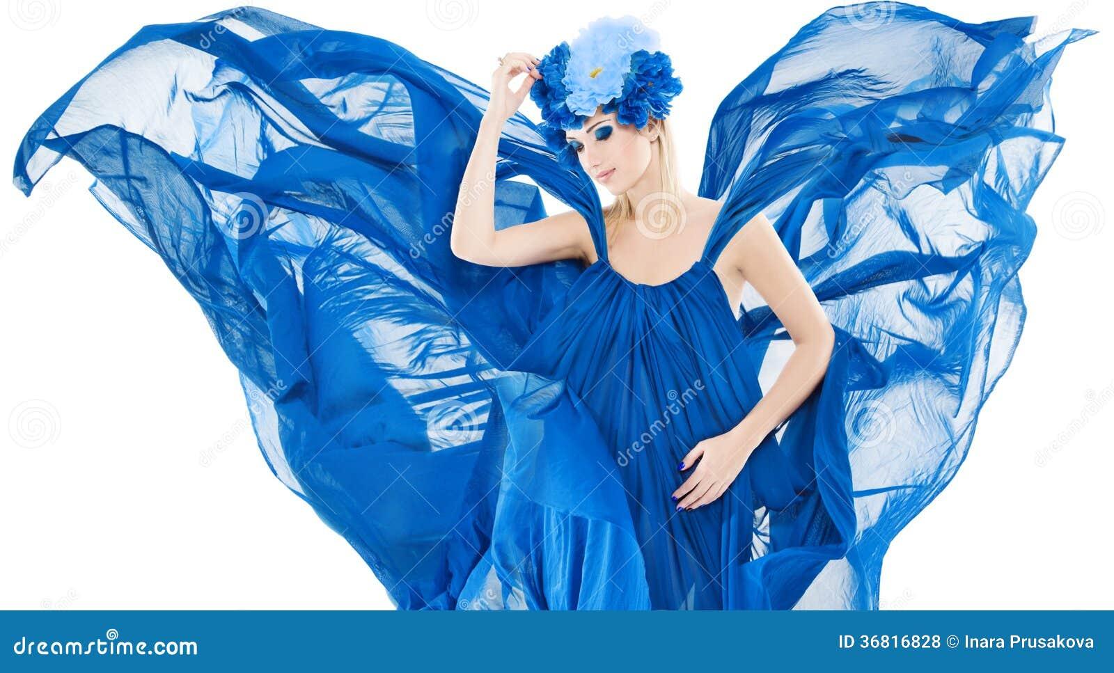 Kobieta w błękitnej kwiecistej koronie, smokingowym flutterin i falowaniu jako winfs,