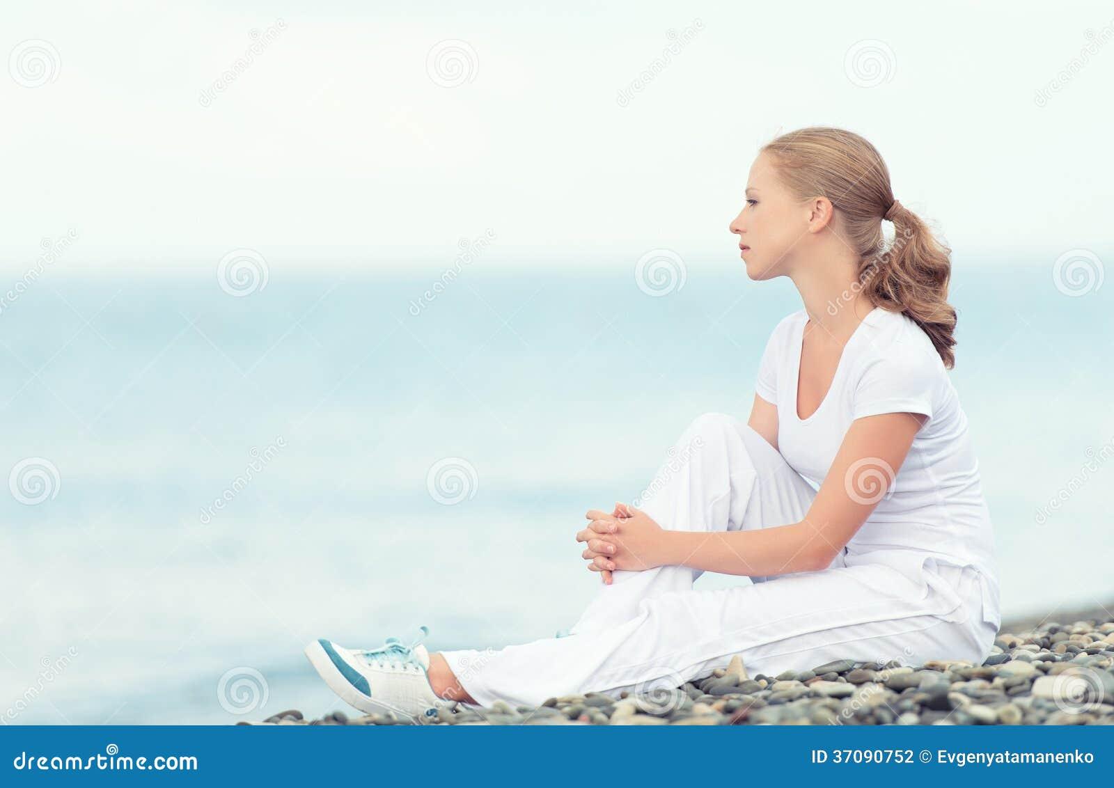 Download Kobieta W Bielu Relaksuje Odpoczywać Na Morzu Na Plaży Zdjęcie Stock - Obraz złożonej z wjazdy, wybrzeże: 37090752