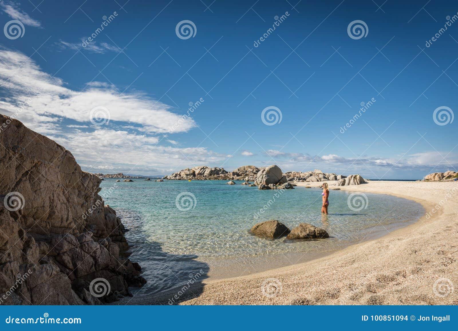 Kobieta w bikini w morzu przy Cavallo wyspą blisko Corsica