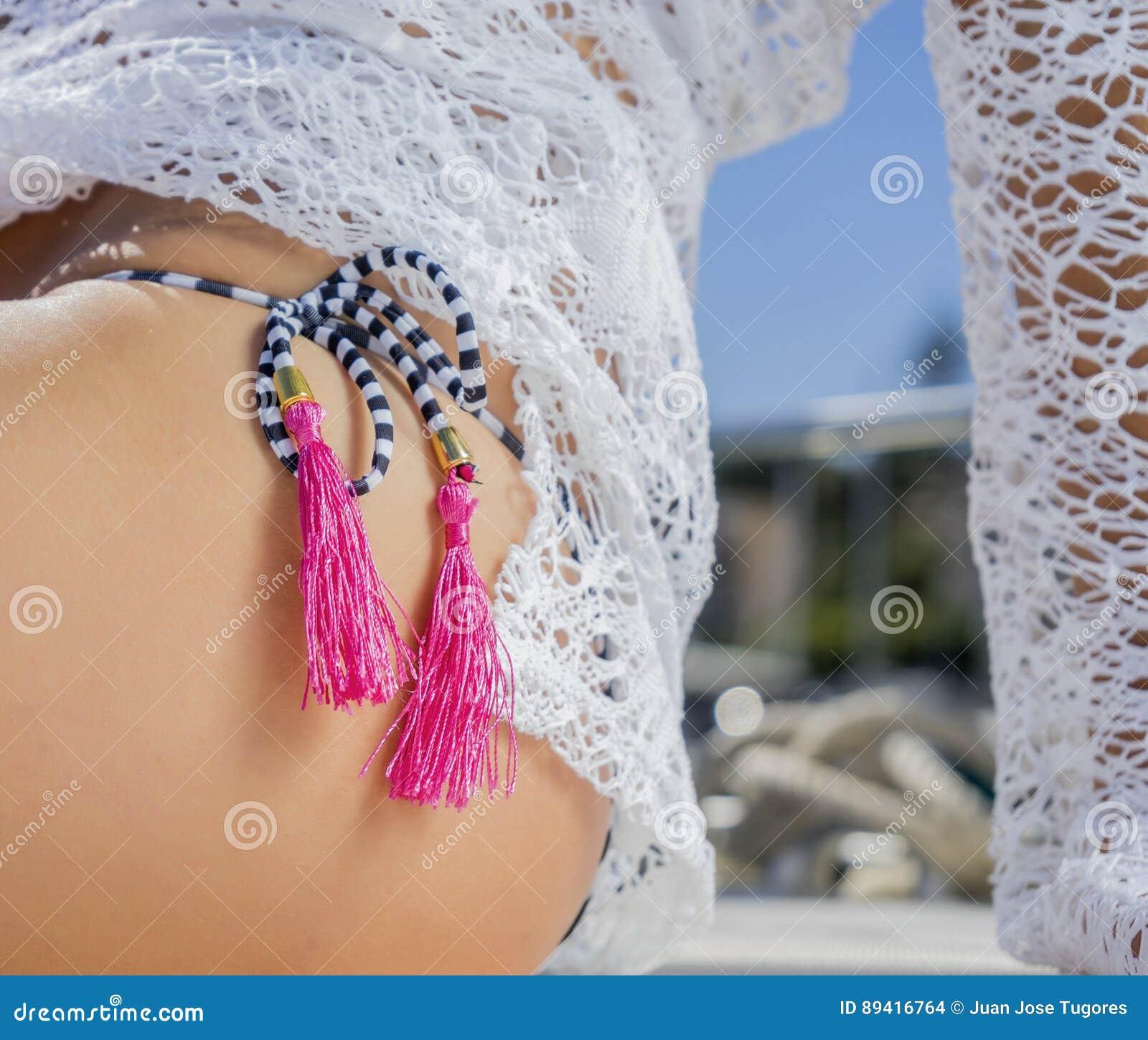 Kobieta w bikini na żaglówce
