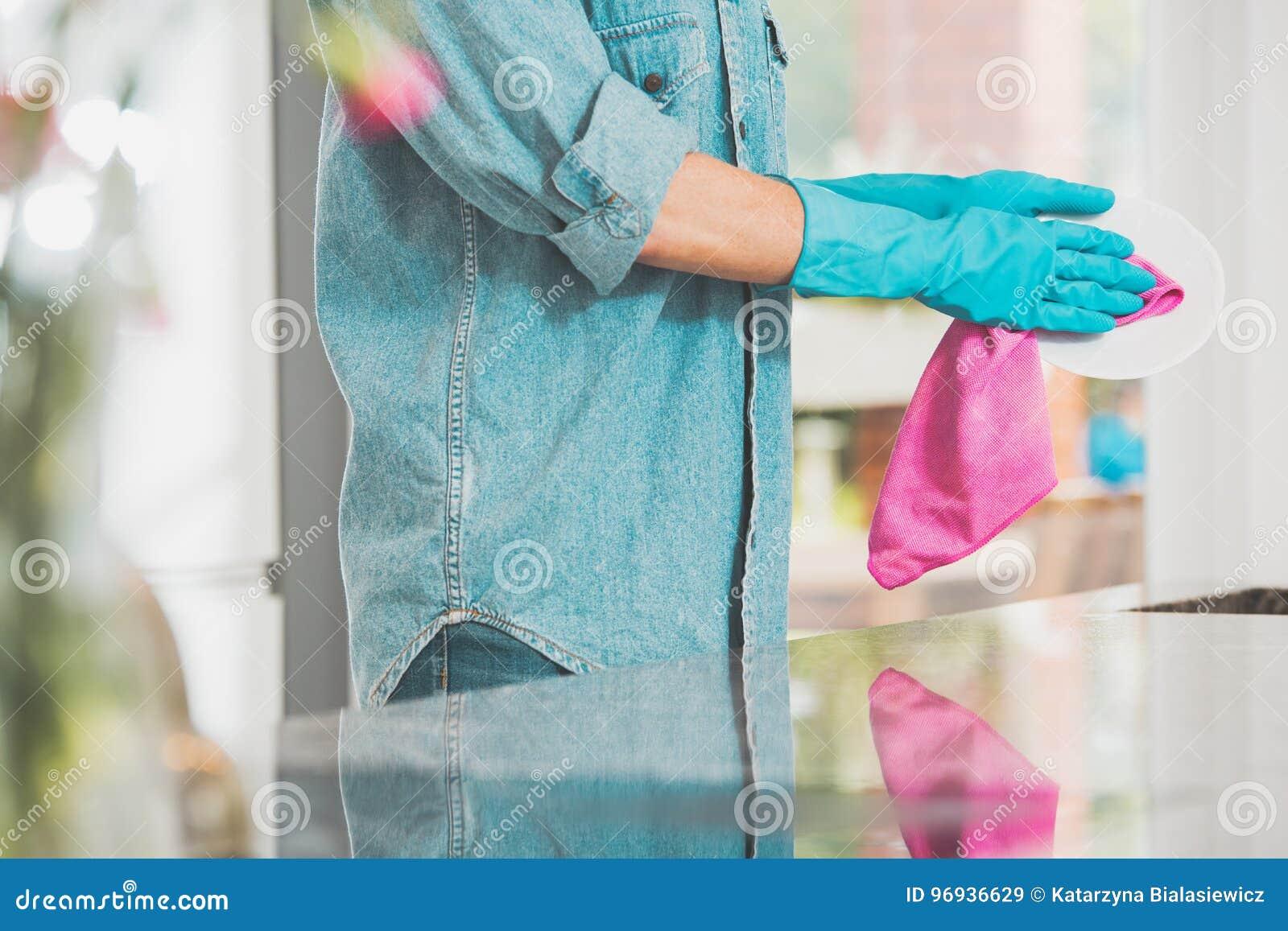 Kobieta w cajgach koszulowych
