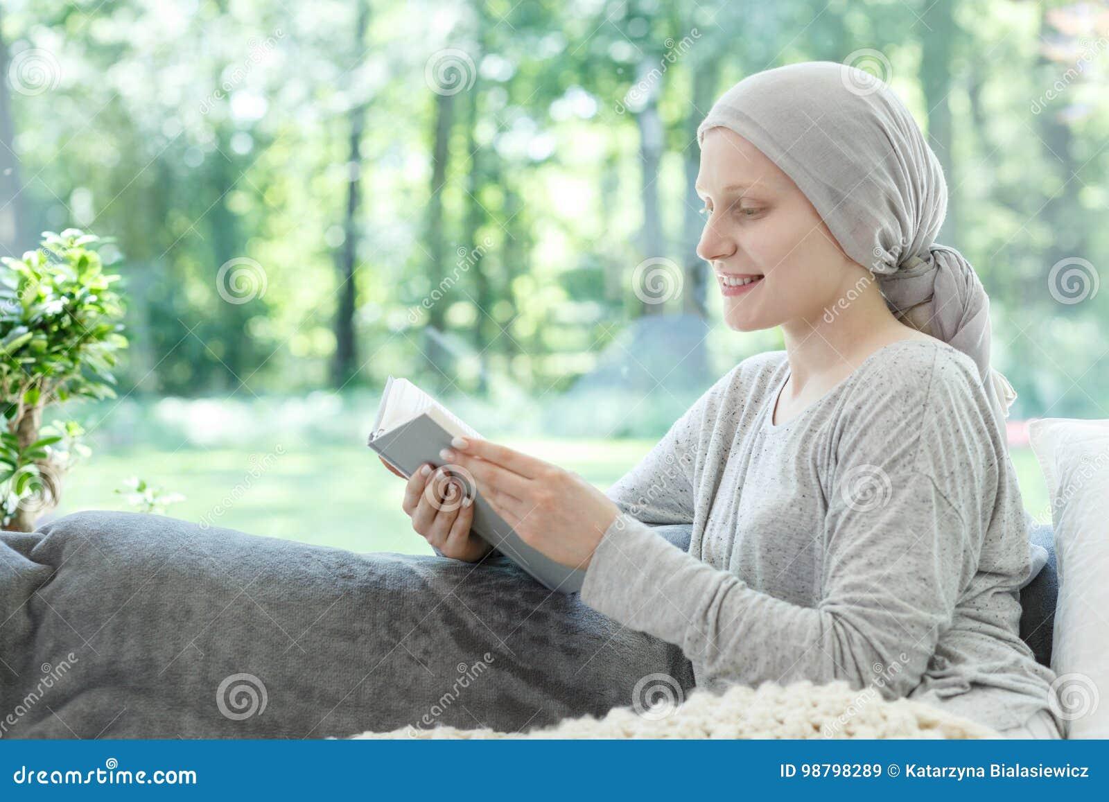 Kobieta w chustka na głowę czytelniczej książce
