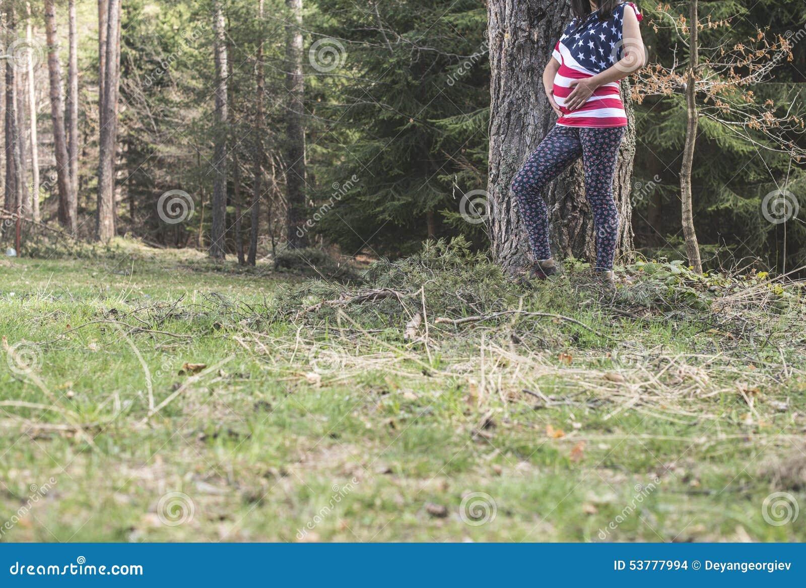 Kobieta w ciąży w lesie