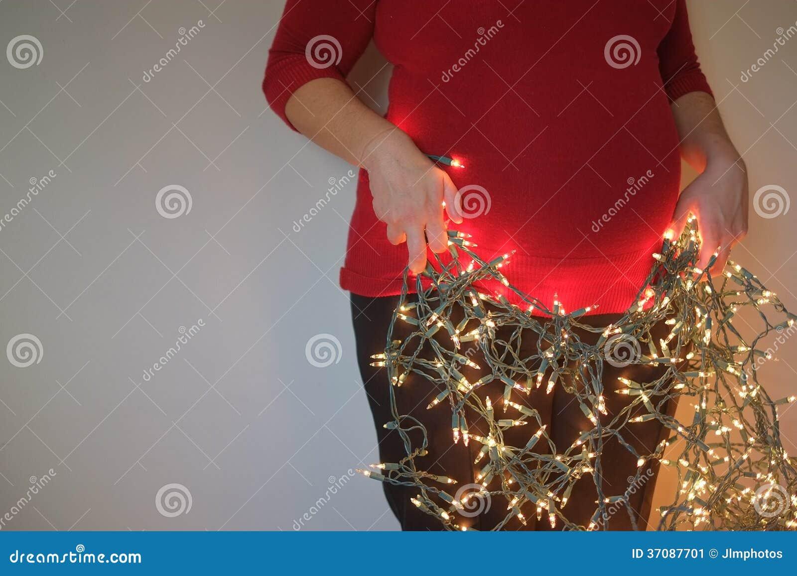 Download Kobieta W Ciąży Z Bożonarodzeniowe światła Obraz Stock - Obraz złożonej z expectant, macierzyński: 37087701