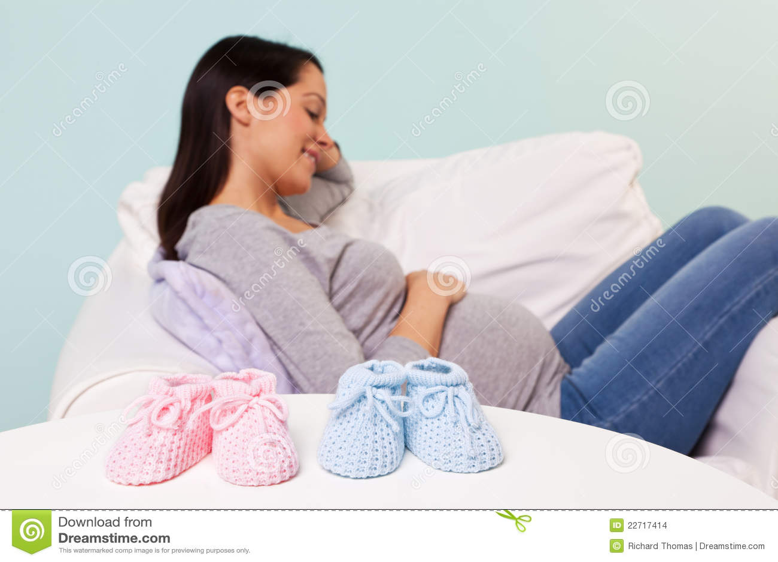 Kobieta w ciąży z dziecka łupami na stole
