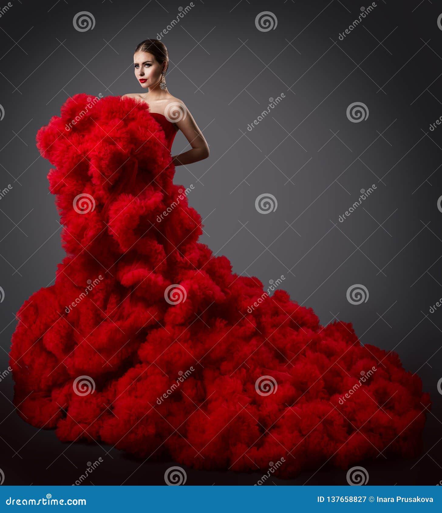 Kobieta w Czerwonej Ruching sukni, moda model w Długiej Puszystej falowanie todze