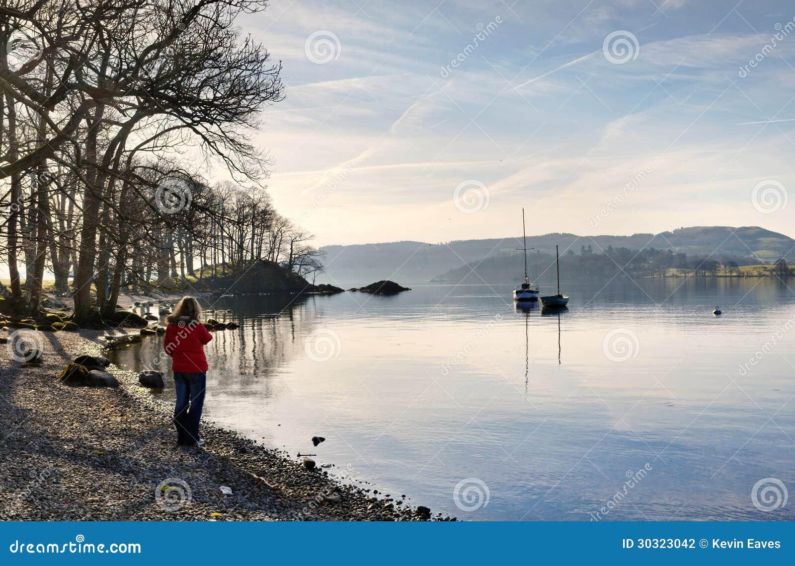 Kobieta w czerwonym żakiecie na brzeg Windermere