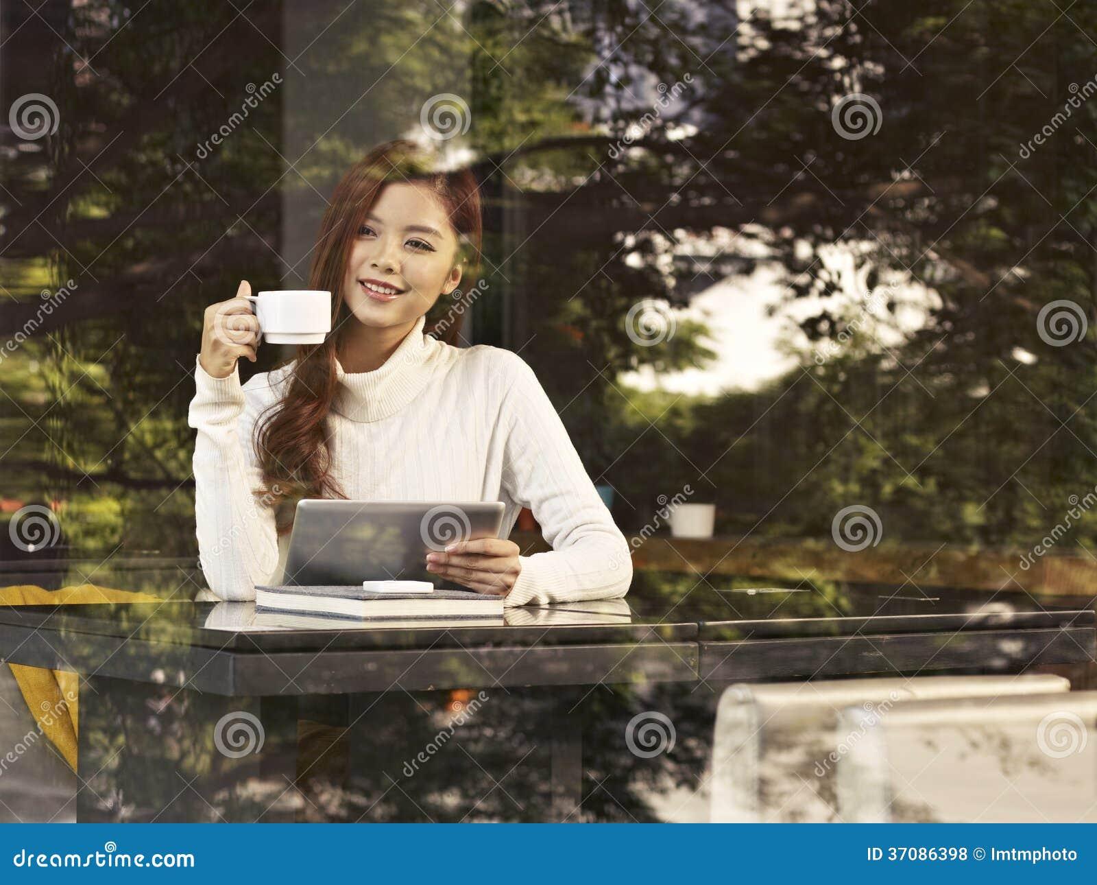 Download Kobieta w kawiarni zdjęcie stock. Obraz złożonej z długi - 37086398