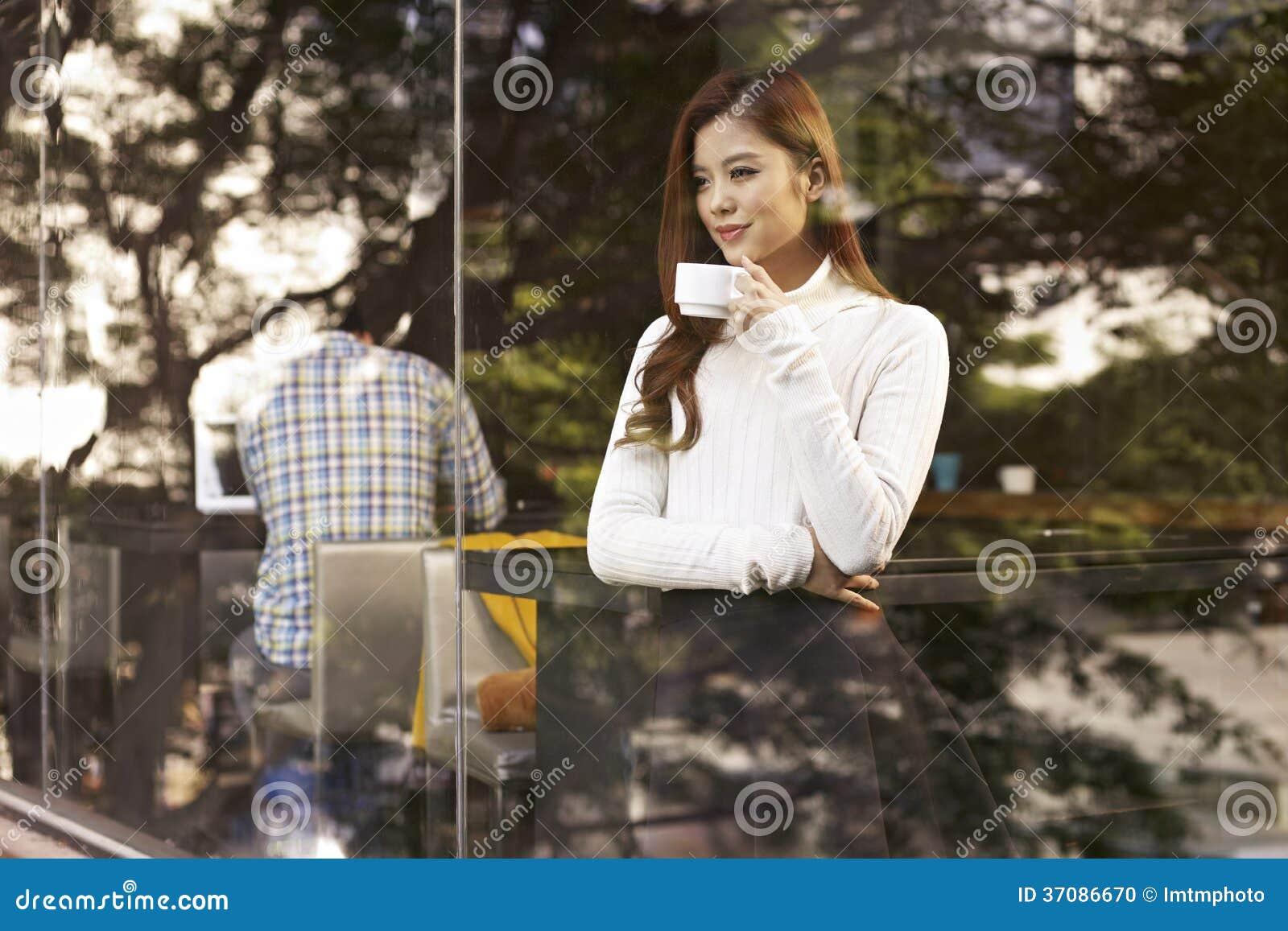 Download Kobieta w kawiarni zdjęcie stock. Obraz złożonej z wschód - 37086670