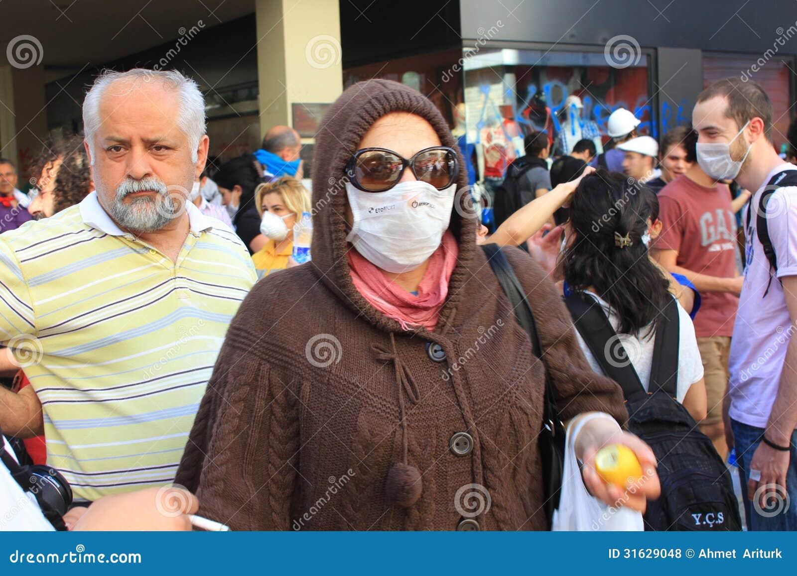 Kobieta w masce gazowej