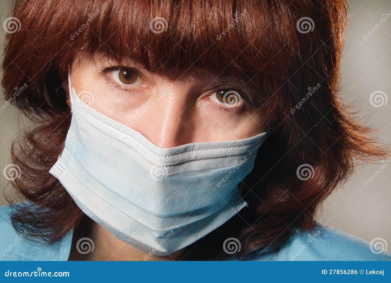 Kobieta w medycznej masce