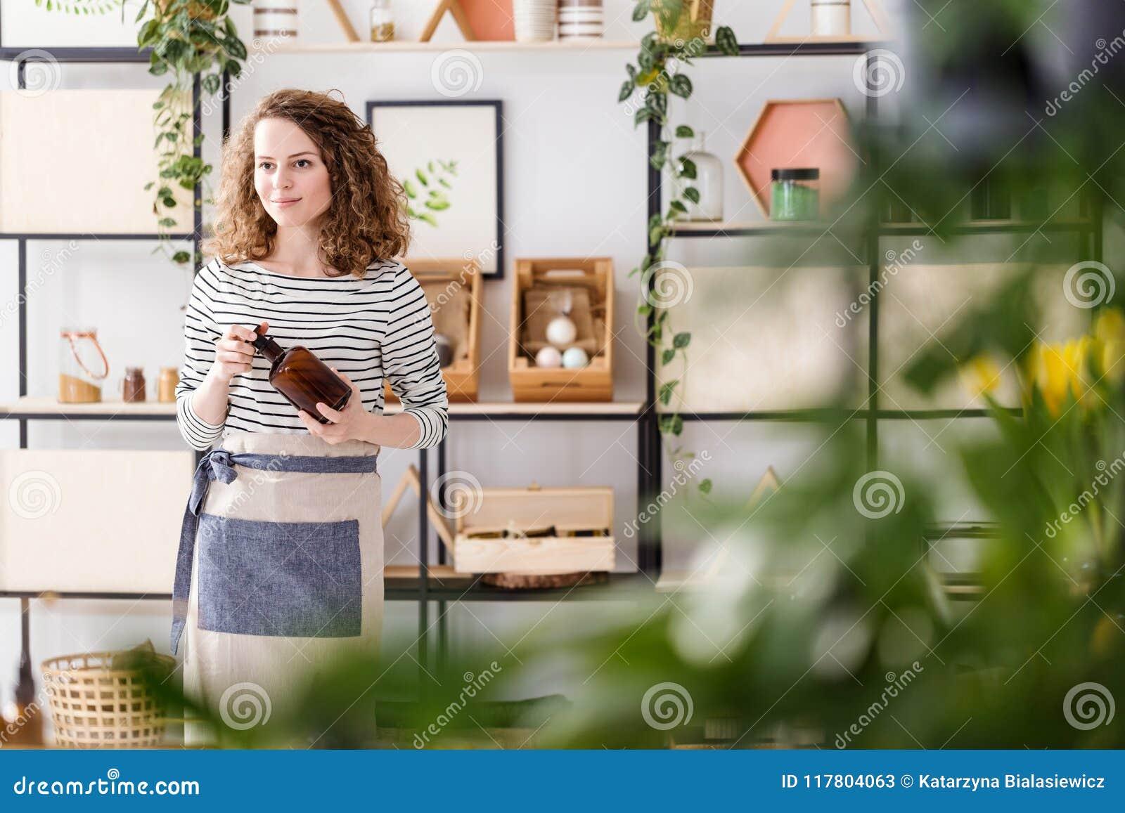 Kobieta w naturalnym sklepie
