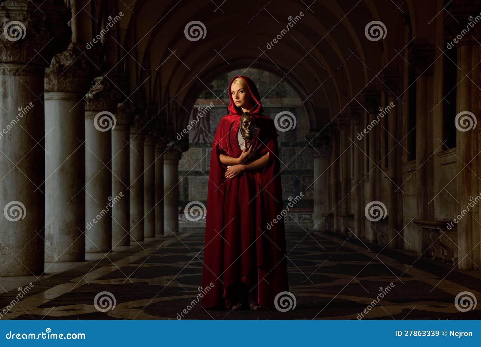 Kobieta w pelerynie peleryna