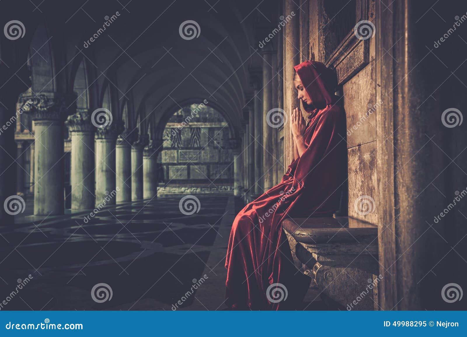 Kobieta w peleryny modleniu
