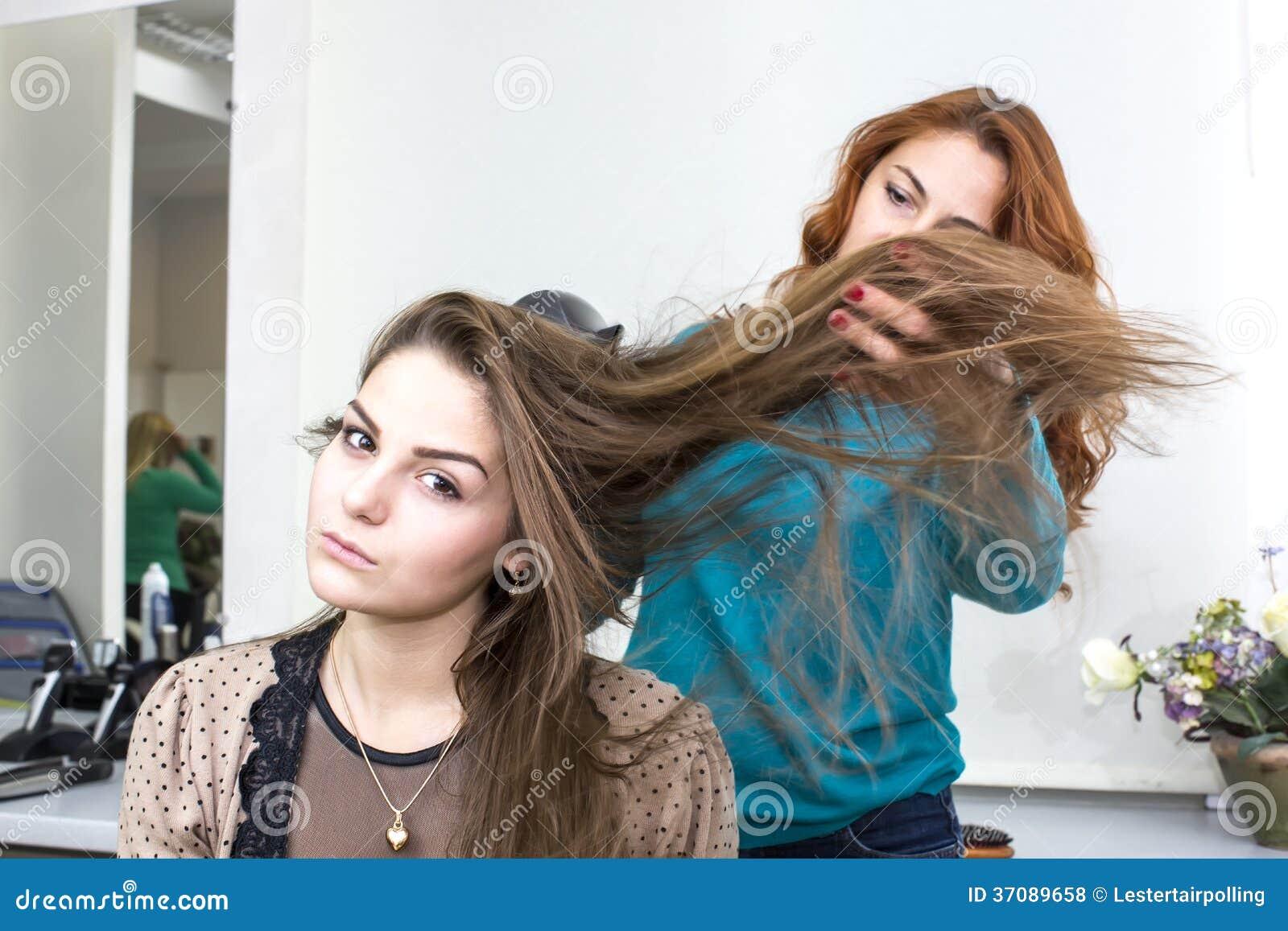 Download Kobieta w piękno salonie zdjęcie stock. Obraz złożonej z ostrzyżenia - 37089658